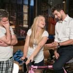 Tobi (Michael Jassin, r.) hat Marie (Judith Neumann) ein Rennrad besorgt, damit sie während der Reha zu mehr Bewegung kommt. Ingo (André Dietz) hält sich indessen an sein Versprechen, Marie nichts über Tobis Gefühle für sie zu verraten. (Quelle: RTL / Kai Schulz)