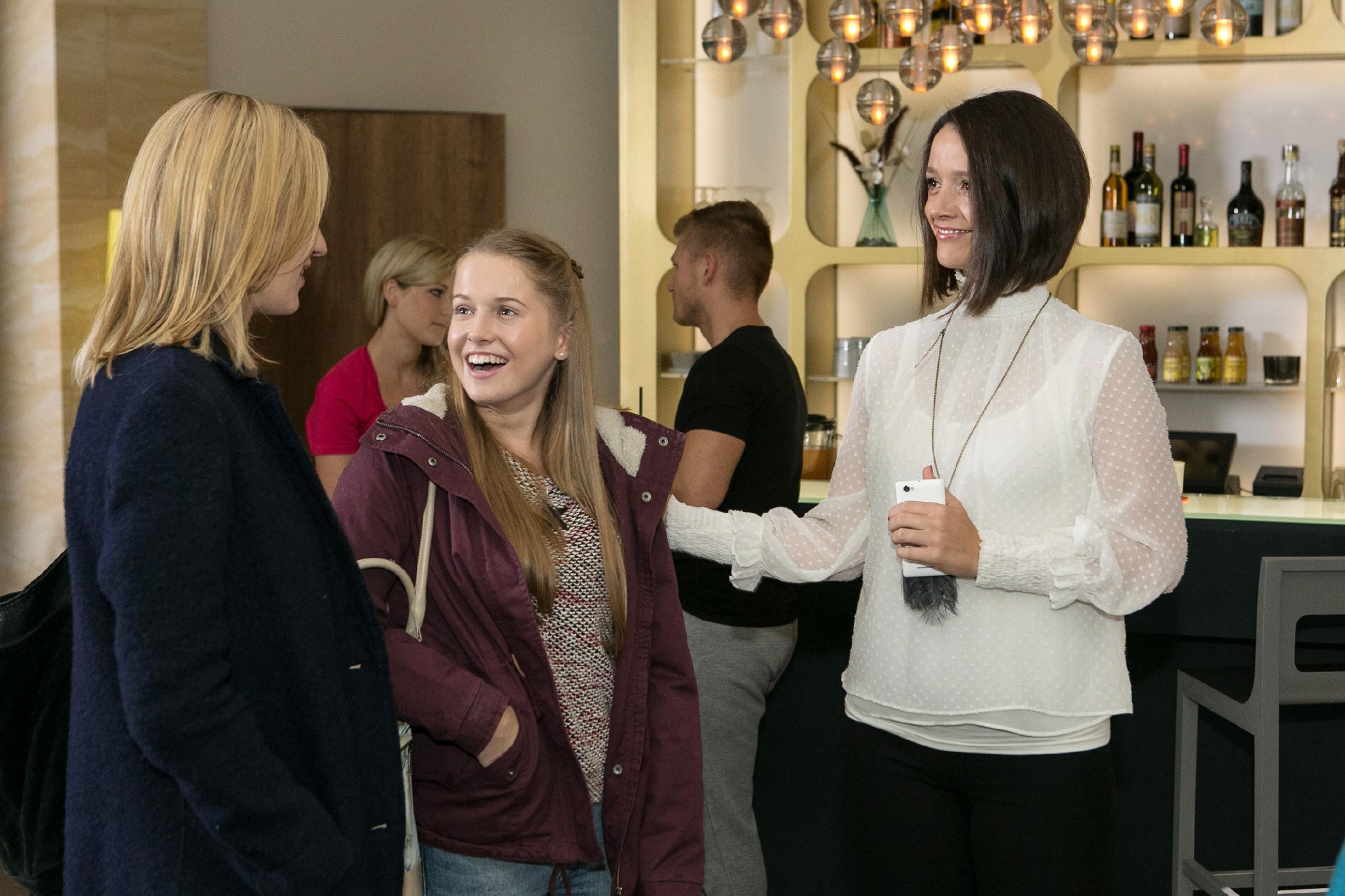 Jenny (Kaja Schmidt-Tychsen, r.) teilt Sonja (Barbara Sotelsek, l.) und Flo (Julia Albrecht) mit, dass Flo das neue VibraFace werden soll, weil Marie durch ihren Unfall verhindert ist. (Quelle: RTL / Kai Schulz)
