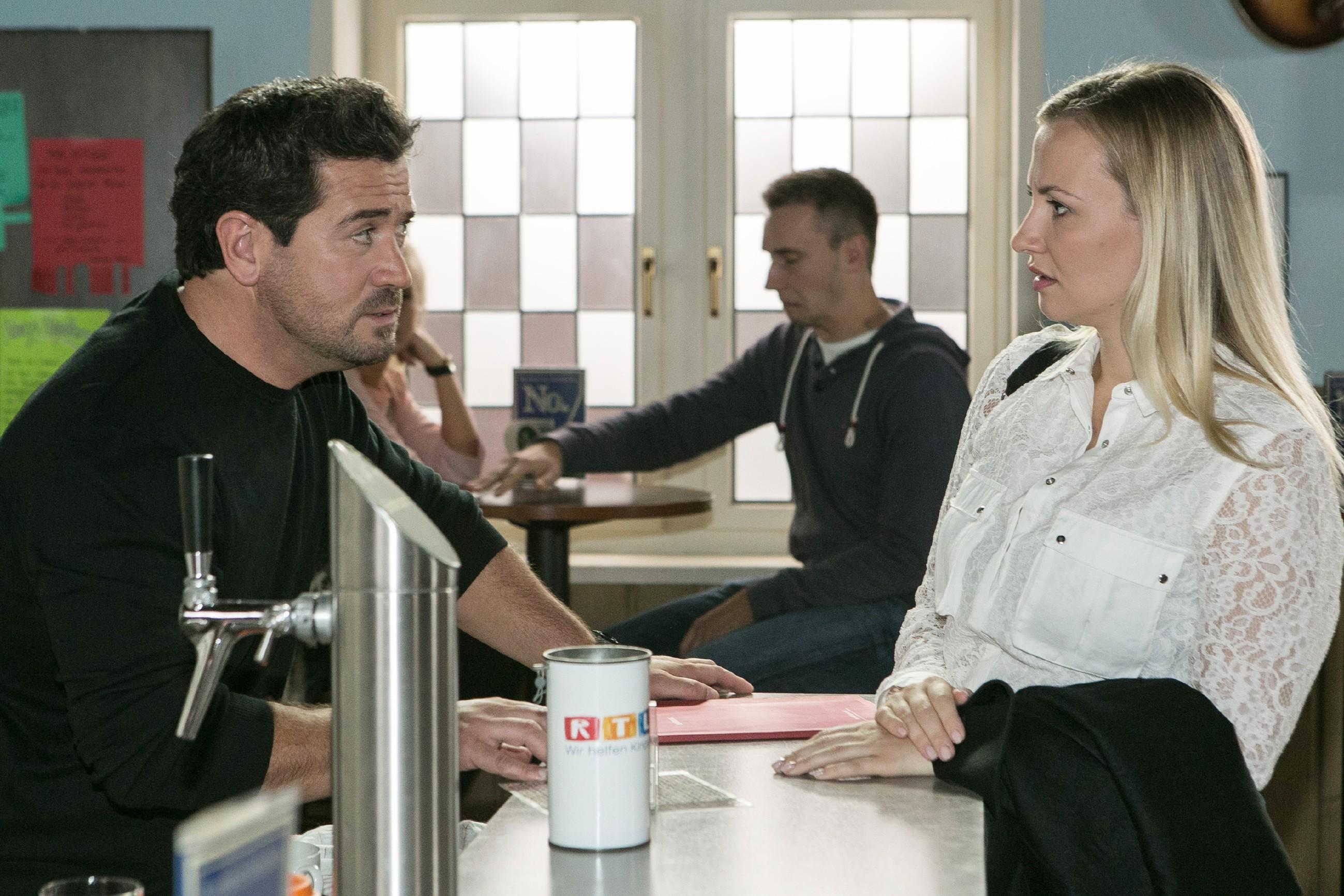 Während Isabelle (Ania Niedieck) glaubt, aus Leos Einzug auch ihren Vorteil ziehen zu können, vermutet Marian (Sam Eisenstein), dass Isabelles Ex-Mann hinter den Stromausfällen und der Untersuchung der Lebensmittelkontrolleure steckt... (Quelle: RTL / Kai Schulz)