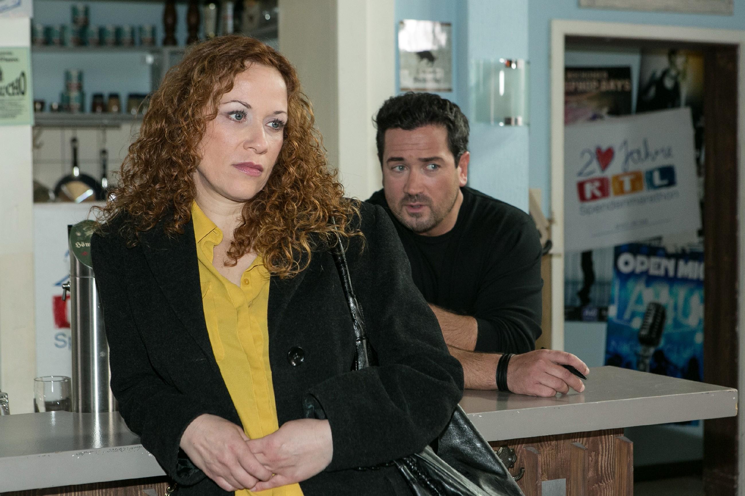 Brigitte (Madlen Kaniuth) und Marian (Sam Eisenstein) lästern über Isabelle. (Quelle: RTL / Kai Schulz)