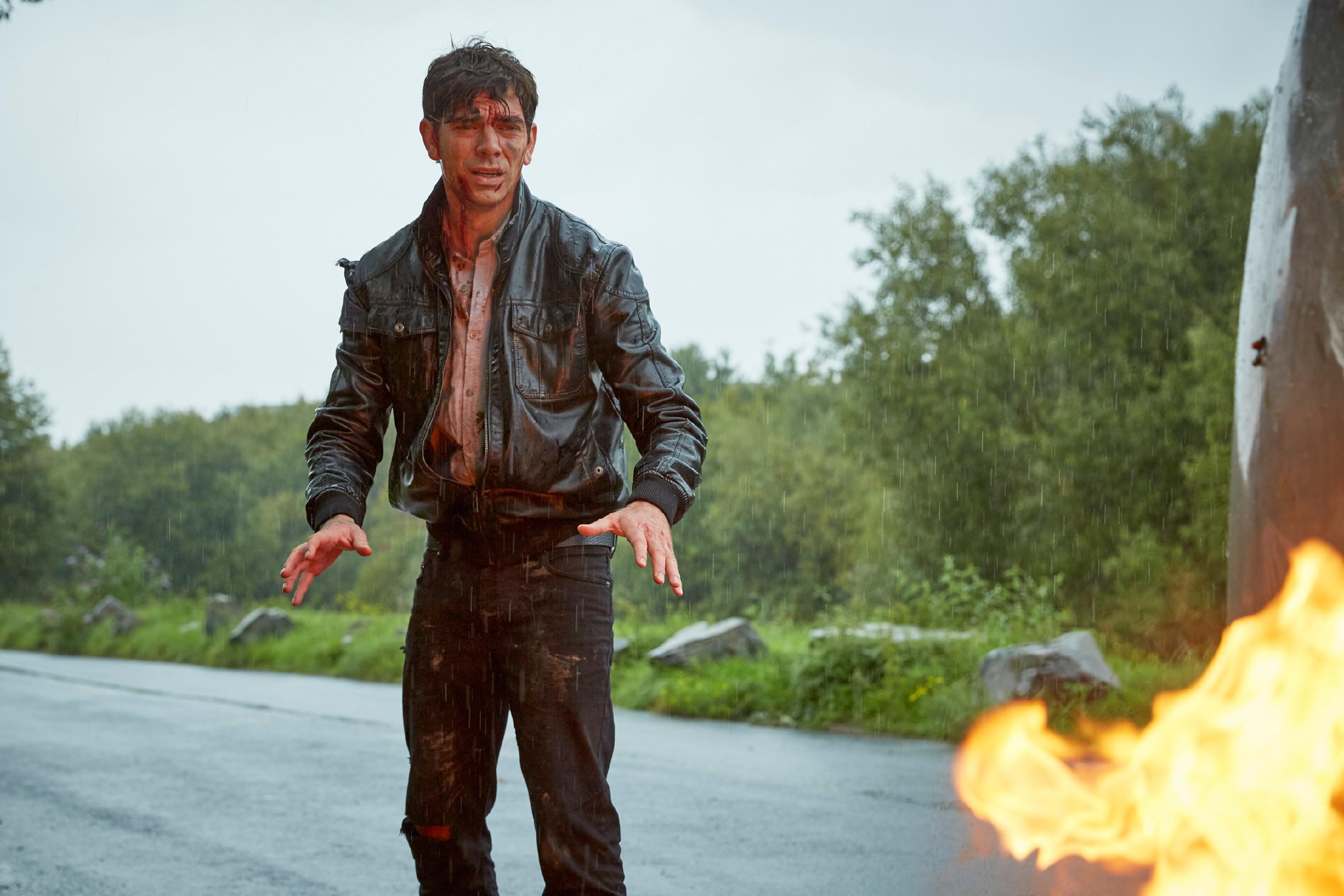 Rückblende: Veit (Carsten Claemens) wird von seinen Erinnerungen heimgesucht und durchlebt erneut den schweren Unfall, bei dem er seine Freundin Emma nicht aus dem brennenden Wagen retten konnte... (Quelle: RTL / Kai Schulz)