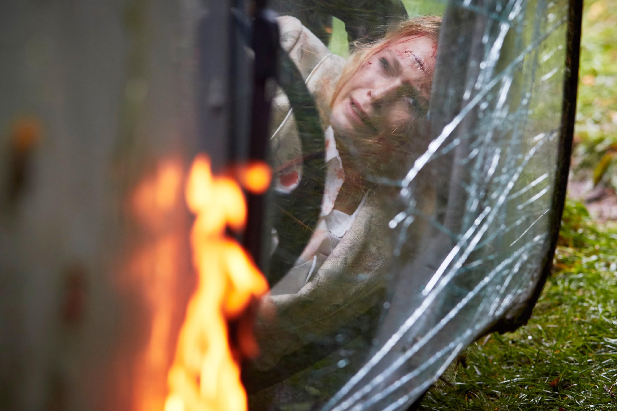 Rückblende: Veit wird von seinen Erinnerungen heimgesucht und durchlebt erneut den schweren Unfall, bei dem er seine Freundin Emma (Jeanne Goursaud) nicht aus dem brennenden Wagen retten konnte... (Quelle: RTL / Guido Engels)