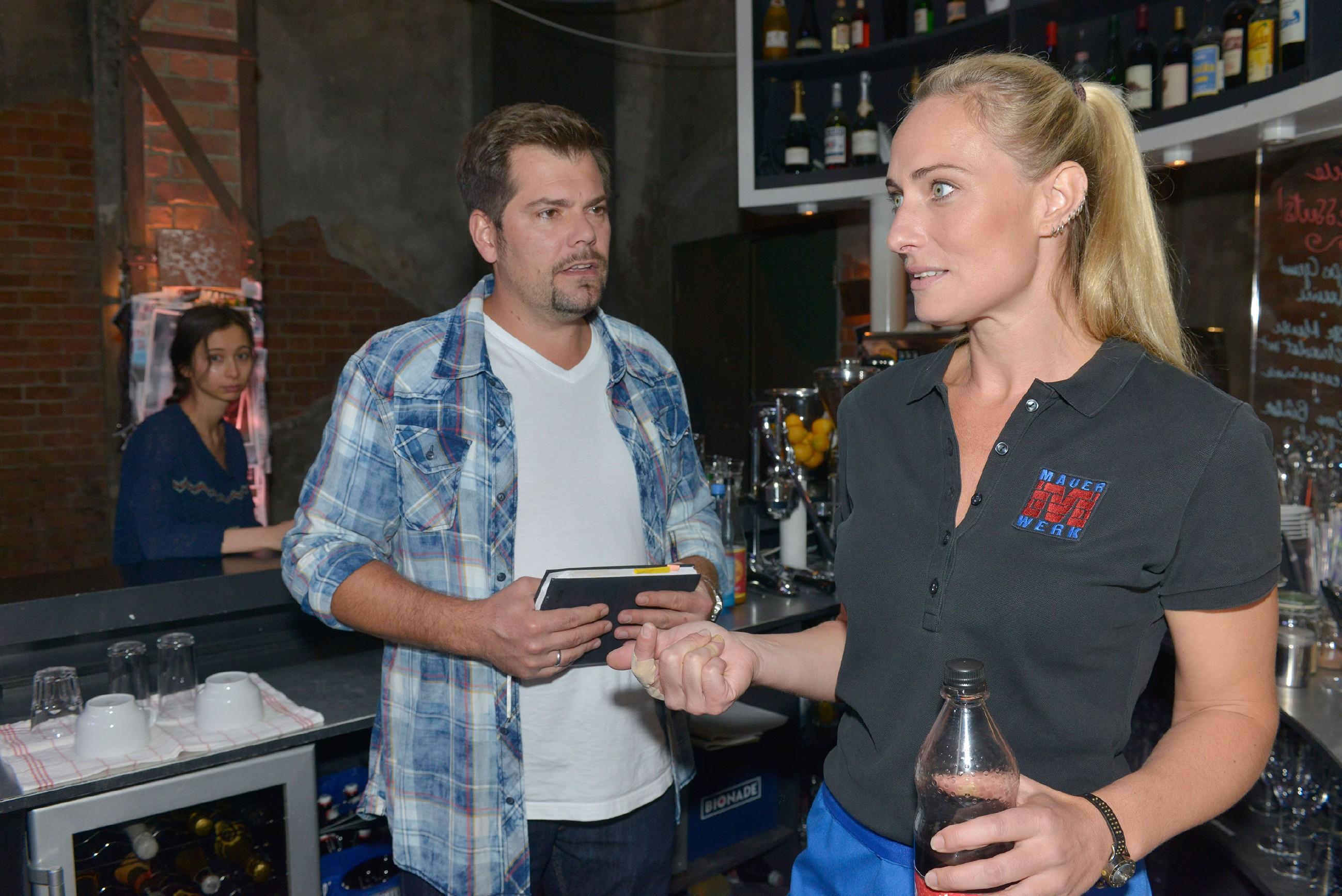 Leon (Daniel Fehlow) schafft es nicht, die aufgelöste Maren (Eva Mona Rodekirchen) zu beruhigen. (Quelle: RTL / Rolf Baumgartner)