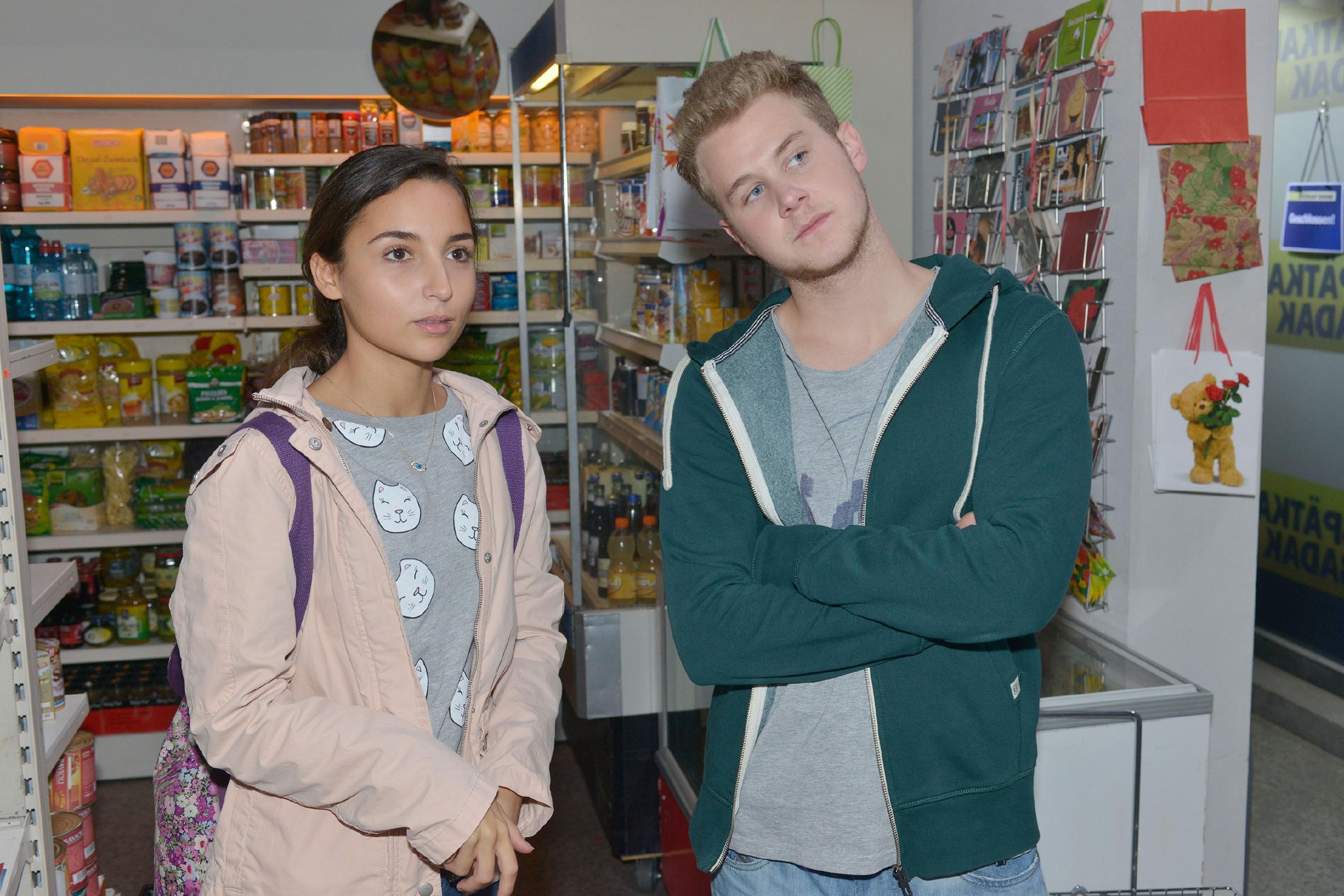 Als Jonas (Felix van Deventer) auf Selma (Rona Özkan) trifft, beginnt gerade die TV Sendung von Chris und der Demo.