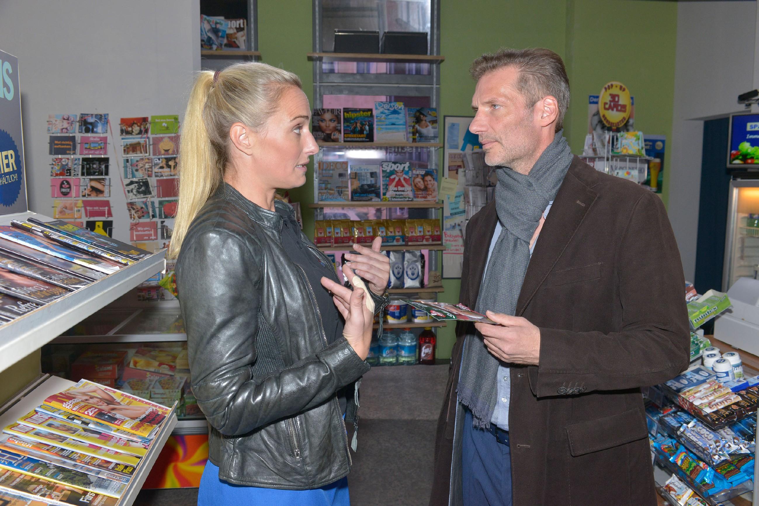 Maren (Eva Mona Rodekirchen) schafft es einfach nicht, mit Alexander (Clemens Löhr) unbefangen umzugehen. (Quelle: RTL / Rolf Baumgartner)