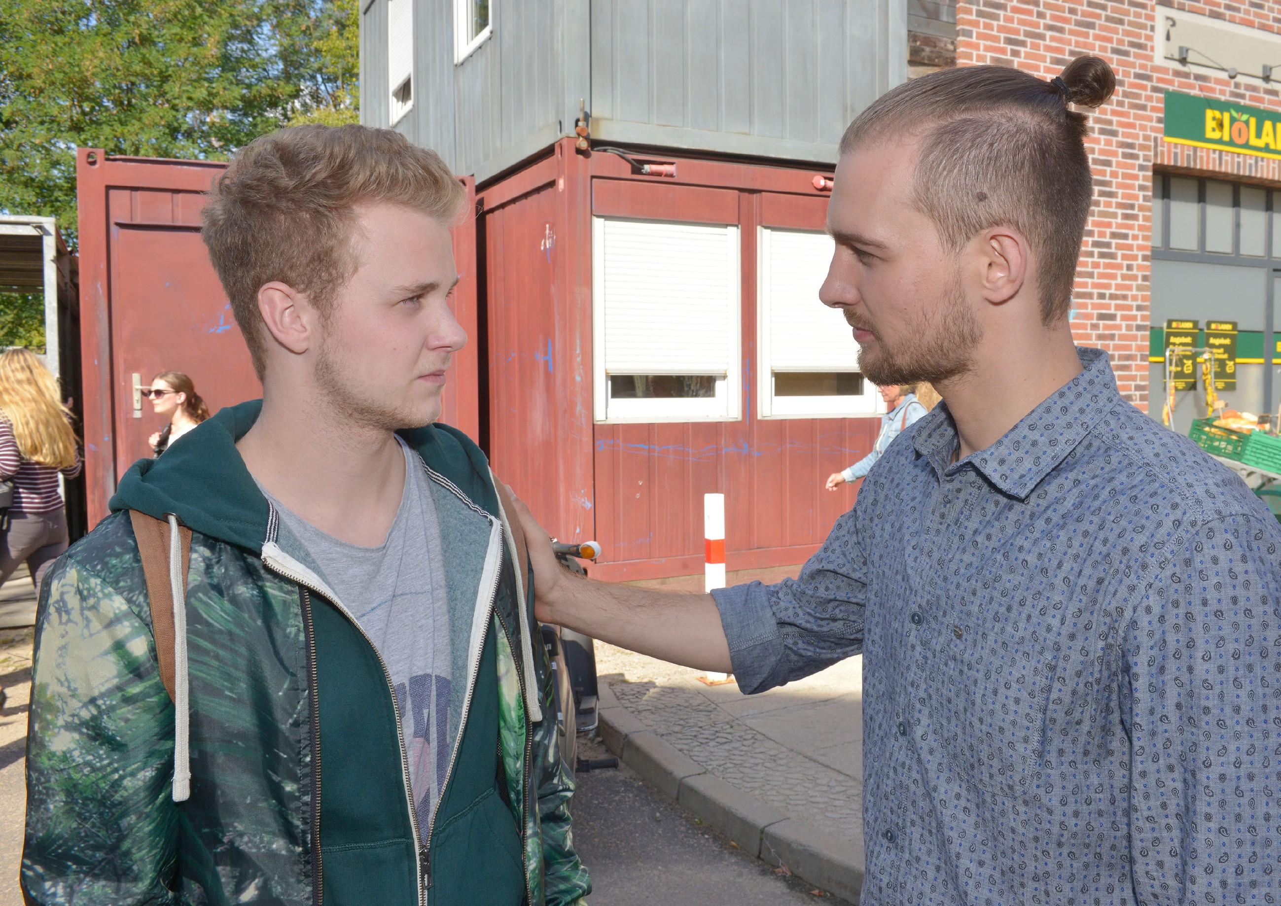 Jonas (Felix van Deventer, l.) wurmt es, dass Chris (Eric Stehfest) ihn immer nur wie einen Mitläufer behandelt - und Jonas auch nicht wirklich die Courage hat, sich aus dieser Rolle zu lösen. (Quelle: RTL / Rolf Baumgartner)