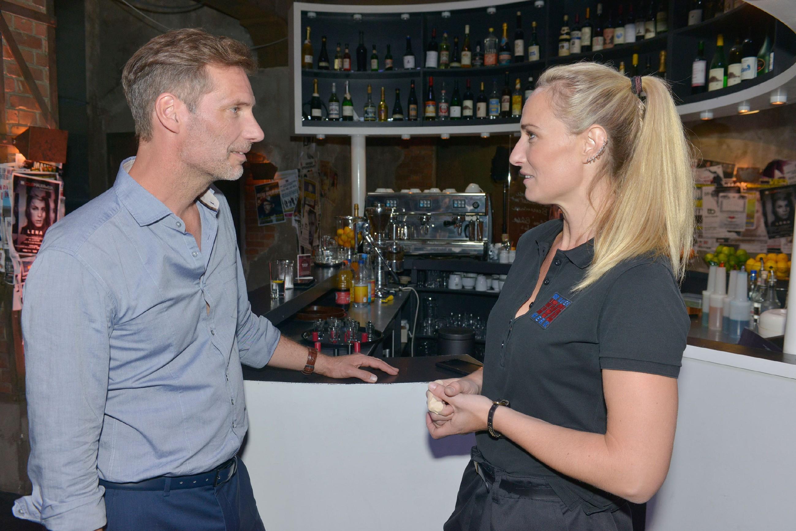 Obwohl sich Maren (Eva Mona Rodekirchen) entschuldigen will, dass sie Alexander (Clemens Löhr) zu Unrecht Vorwürfe gemacht hat, geht der Versuch nach hinten los... (Quelle: RTL / Rolf Baumgartner)