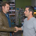 Leon (Daniel Fehlow, l.) ist sich nicht sicher, ob er Tayfun (Tayfun Baydar) geschäftlich vertrauen kann. (Quelle: RTL / Rolf Baumgartner)