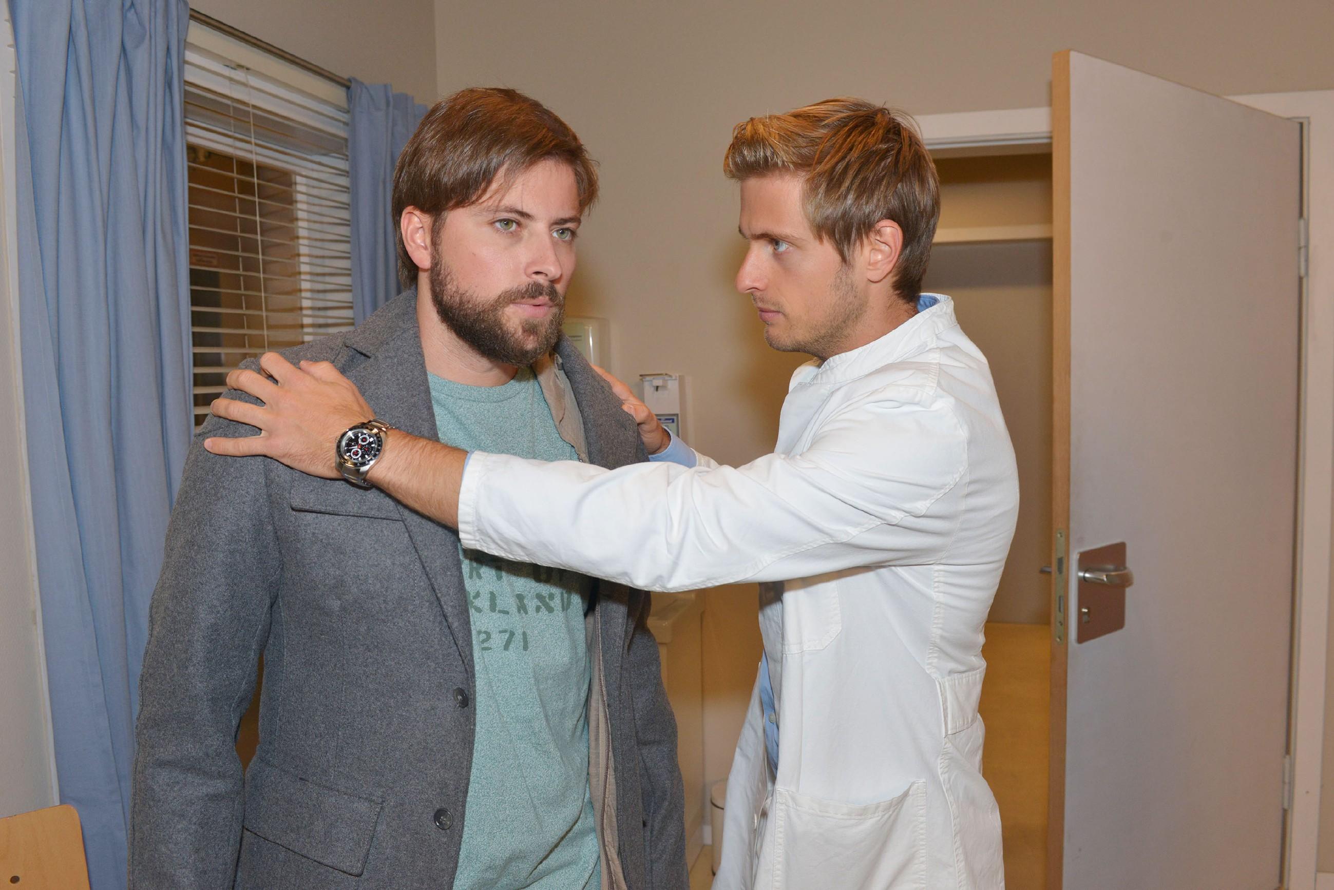 Philip (Jörn Schlönvoigt, r.) versucht John (Felix von Jascheroff) zu beruhigen, der sich bezüglich Elena machtlos fühlt. (Quelle: RTL / Rolf Baumgartner)