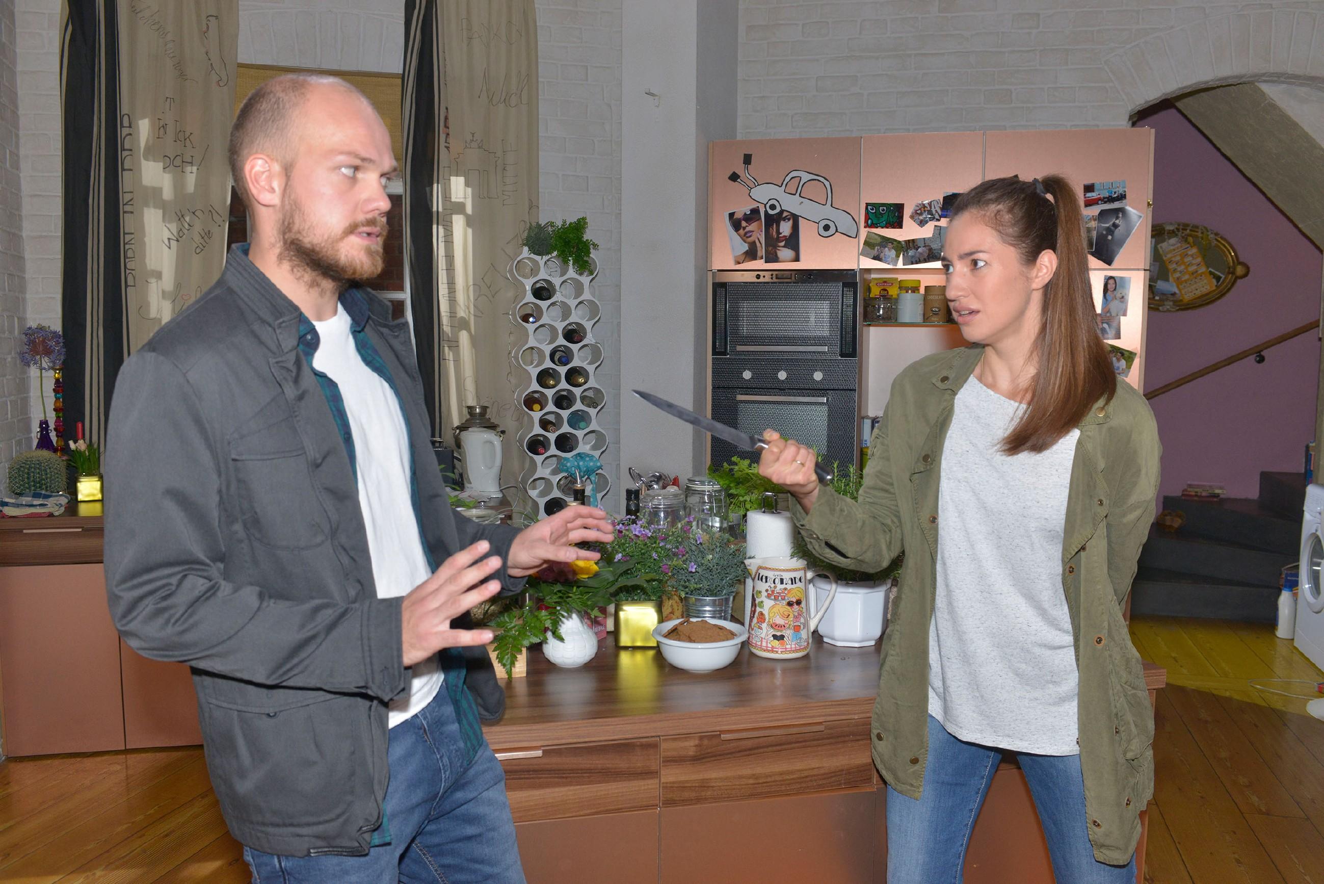 Als Elena (Elena Garcia Gerlach) in der WG von ihrem Peiniger Mirko Müller (Matti Krause) überrascht wird, reagiert sie panisch und ist zu allem bereit... (Quelle: RTL / Rolf Baumgartner)
