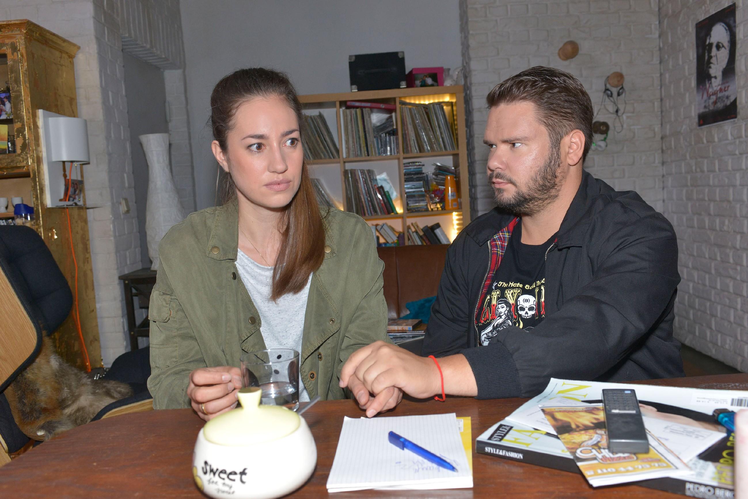 Tuner (Thomas Drechsel) versucht Elena (Elena Garcia Gerlach) zu beruhigen, die nach der Begegnung mit ihrem Peiniger unter Schock steht. (Quelle: RTL / Rolf Baumgartner)