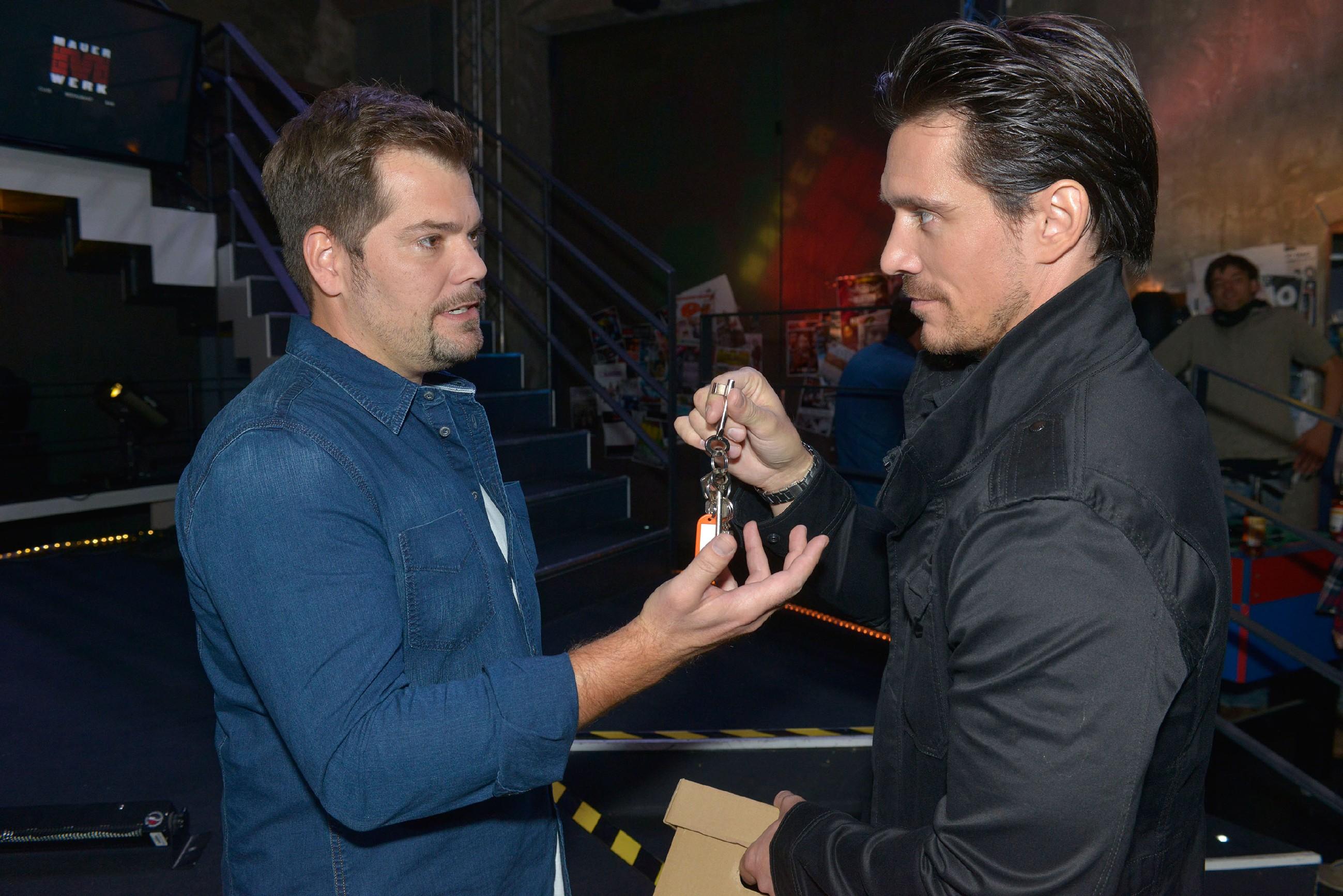 David (Philipp Christopher, r.) versucht seinen Abgang im Mauerwerk vor Leon (Daniel Fehlow) mit Würde über die Bühne zu bringen. (Quelle: RTL / Rolf Baumgartner)