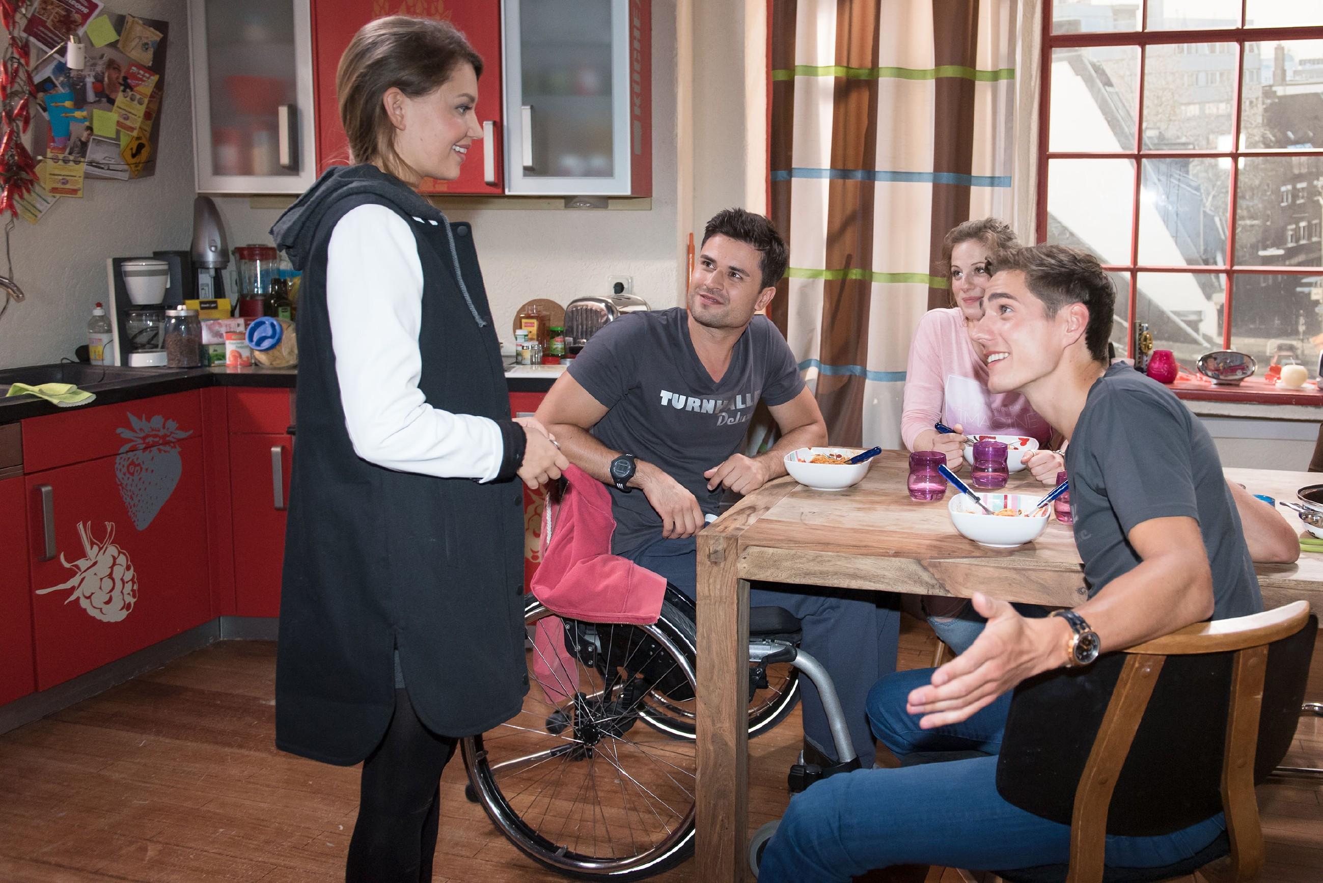 Jule (Amrei Haardt, l.) kann ihr Glück kaum fassen, als (v.r.) Ringo (Timothy Boldt), Elli (Nora Koppen) und Paco (Milos Vukovic) ihr eröffnen, dass sie doch in der WG bleiben darf. (Quelle: RTL / Stefan Behrens)