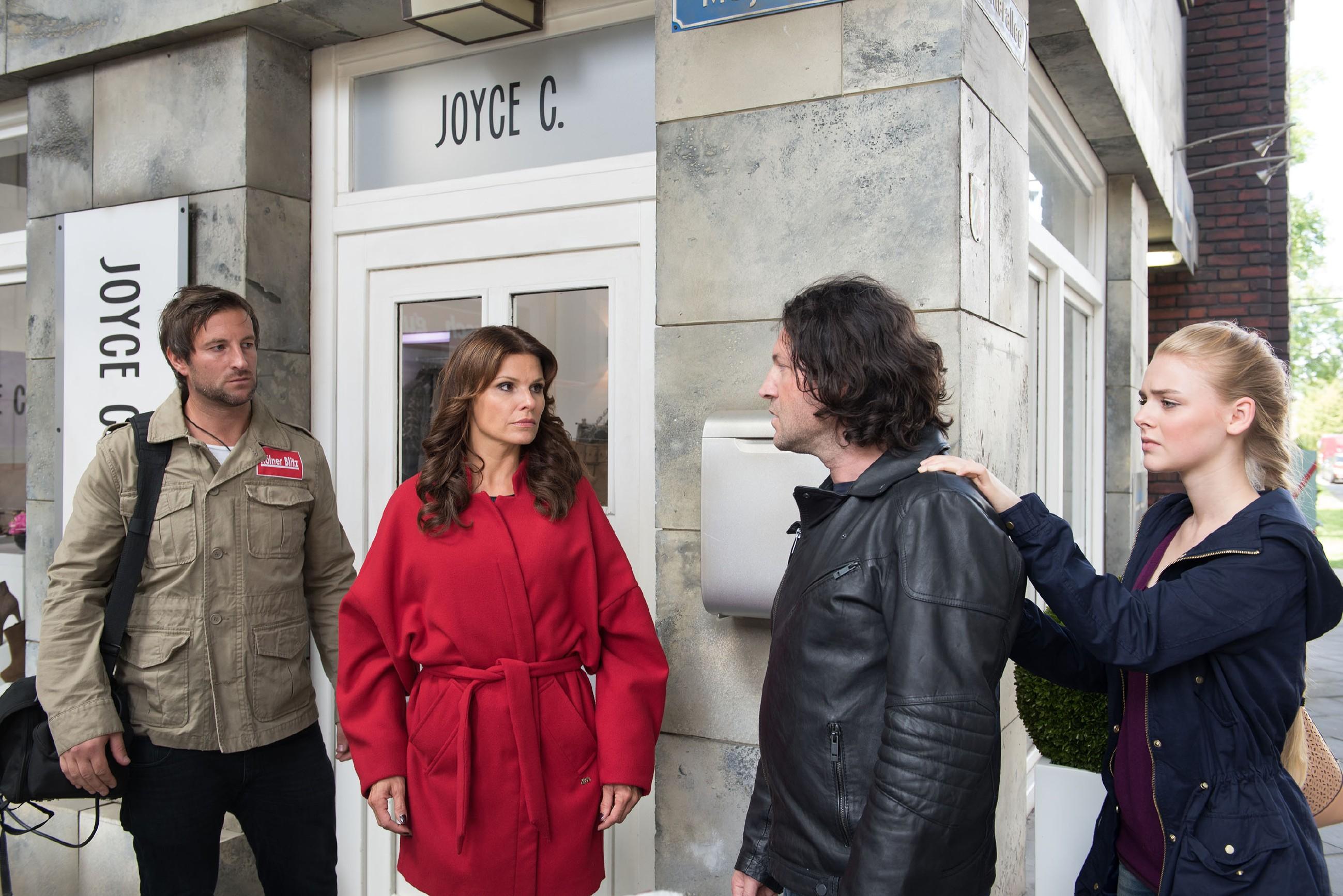 Fiona (Olivia Burkhart, r.) versucht Rolf (Stefan Franz, r.) zu beruhigen, als Britta (Tabea Heynig) mit einem Journalisten (Komparse) auftaucht, um auf Rolfs fragwürdige Freilassung aufmerksam zu machen. (Quelle: RTL / Stefan Behrens)