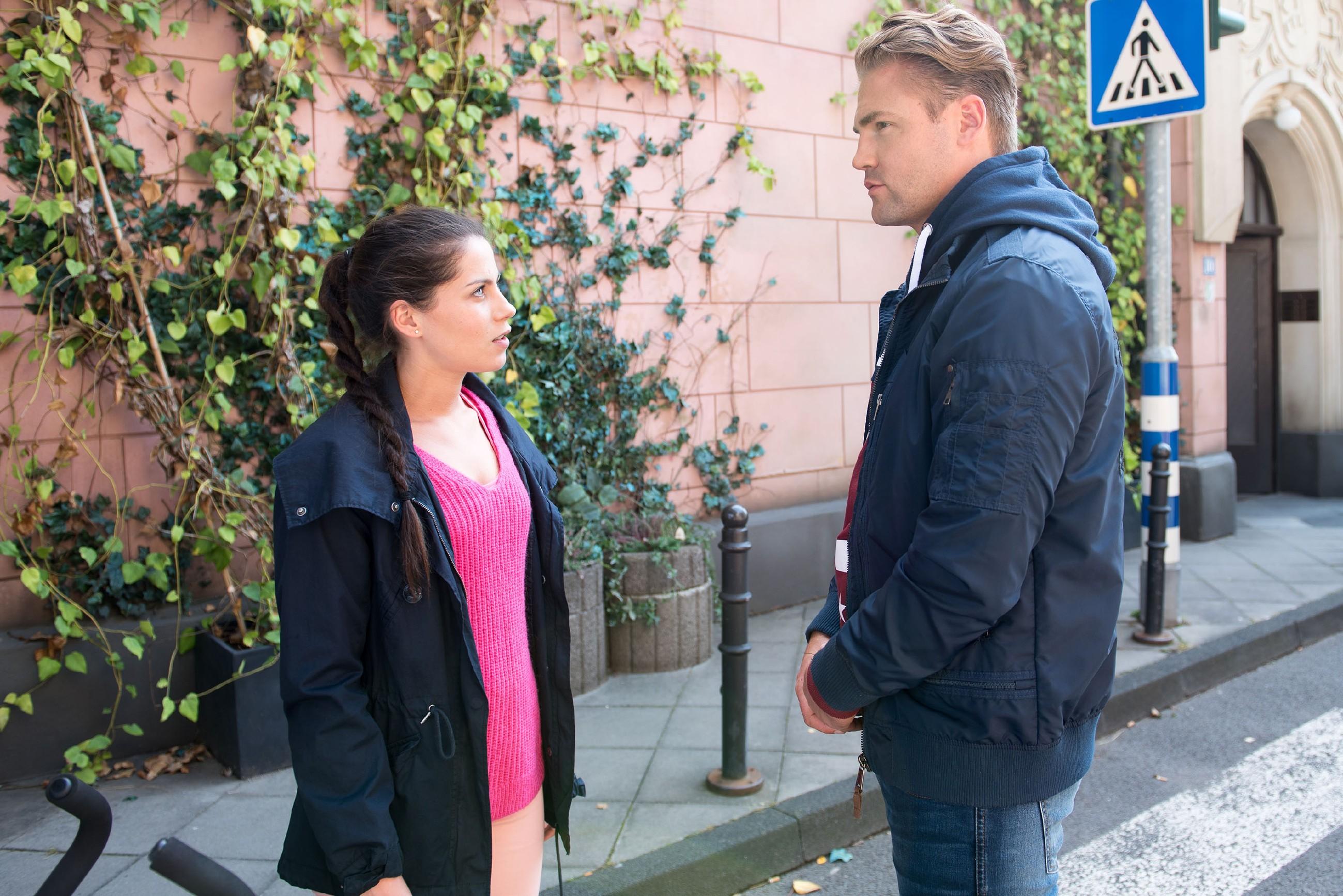 Sina (Valea Katharina Scalabrino) fordert Bambi (Benjamin Heinrich) trotzig auf, sie nicht auf Schritt und Tritt zu verfolgen. (Quelle: RTL / Stefan Behrens)