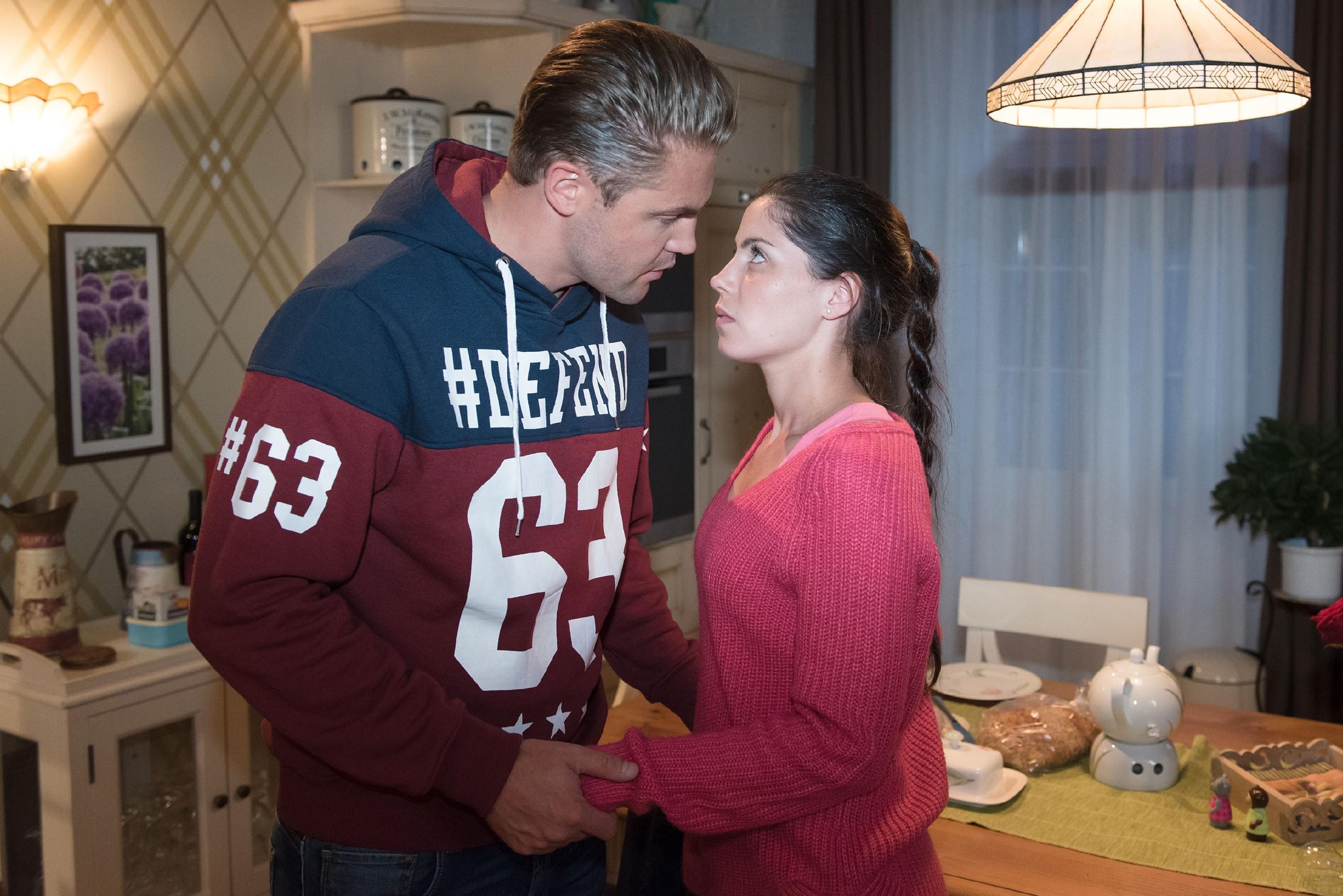 Als sich durch einen kleinen Unfall ein Moment der Nähe zwischen Bambi (Benjamin Heinrich) und Sina (Valea Katharina Scalabrino) einstellt, ist Sina in großer Versuchung, Bambi zu küssen... (Quelle: RTL / Stefan Behrens)