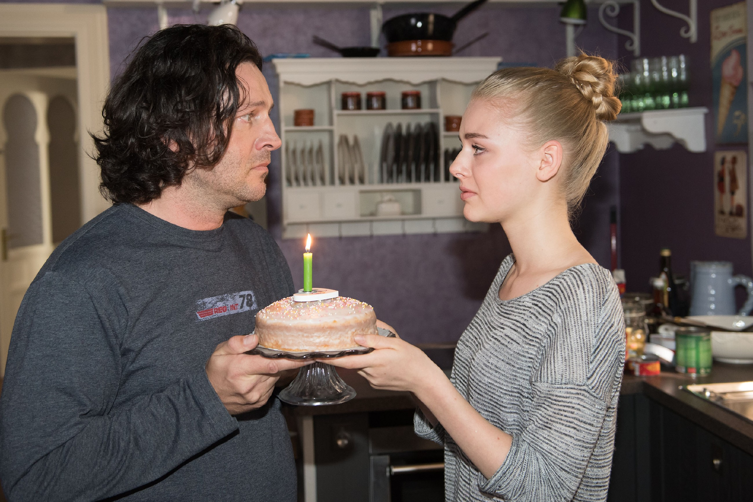Zu Fionas (Olivia Burkhart) Erleichterung ist es für Rolf (Stefan Franz) unwichtig, dass sie kein teures Geburtstagsgeschenk für ihn hat. (Quelle: RTL / Stefan Behrens)