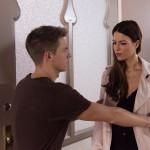 Moritz (Marvin Linke) lässt Ricarda (Anna Lena Class) auflaufen, als sie plötzlich wieder auf Kuschelkurs gehen will. (Quelle: RTL / Stefan Behrens)