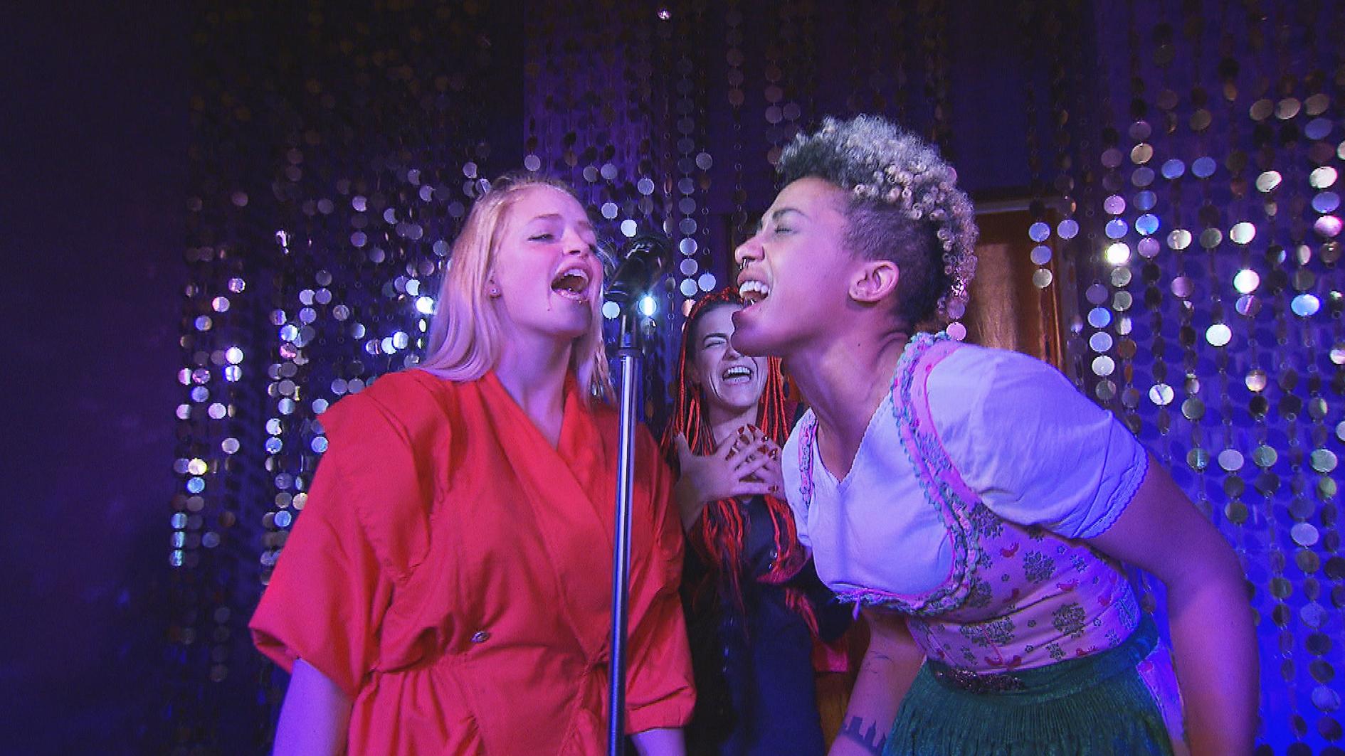 Melissa (re.) leidet sehr unter der Trennung von Sarah. Timo schafft es, die Zicken Miri (li.) und Jessica (Mitte) zu bändigen und darauf zu besinnen, ihren Streit für einen Tag beizulegen und sich stattdessen um Melissa zu kümmern. (Quelle: RTL 2)