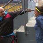 Als Joe (li.) der neuen Mitbewohnerin Alessia (re.) anbietet, mit ihr Joggen zu gehen, reagiert Peggy direkt eifersüchtig. Während Peggy ihrem Frust darüber in der Schnitte freien Lauf lässt, genießt Joe eine unbeschwerte Joggingsession mit Alessia. (Quelle: RTL 2)