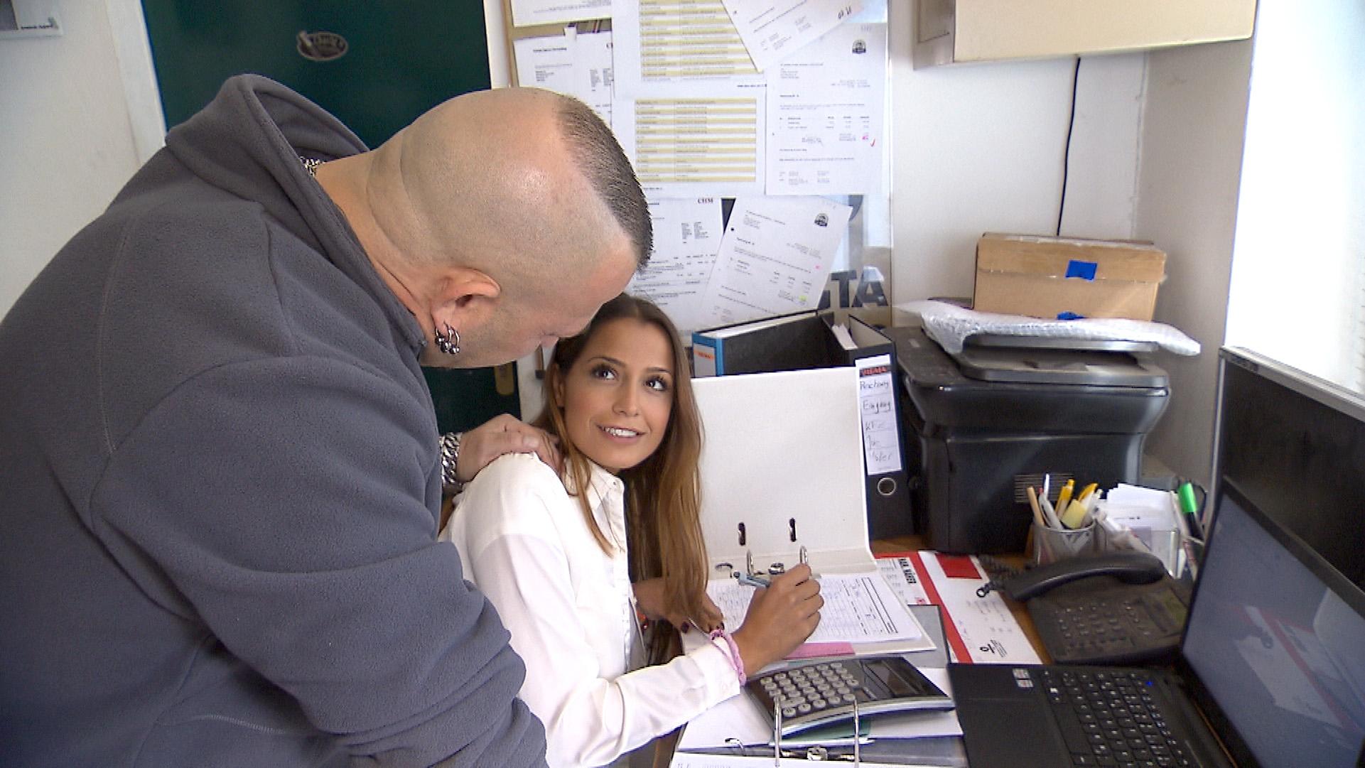Als Fabrizio spitz kriegt, dass Alessia in der Werkstatt aushilft, glaubt er sich schon so gut wie am Ziel: Er wird die hübsche Italienerin heute rumkriegen... (Quelle: RTL 2)