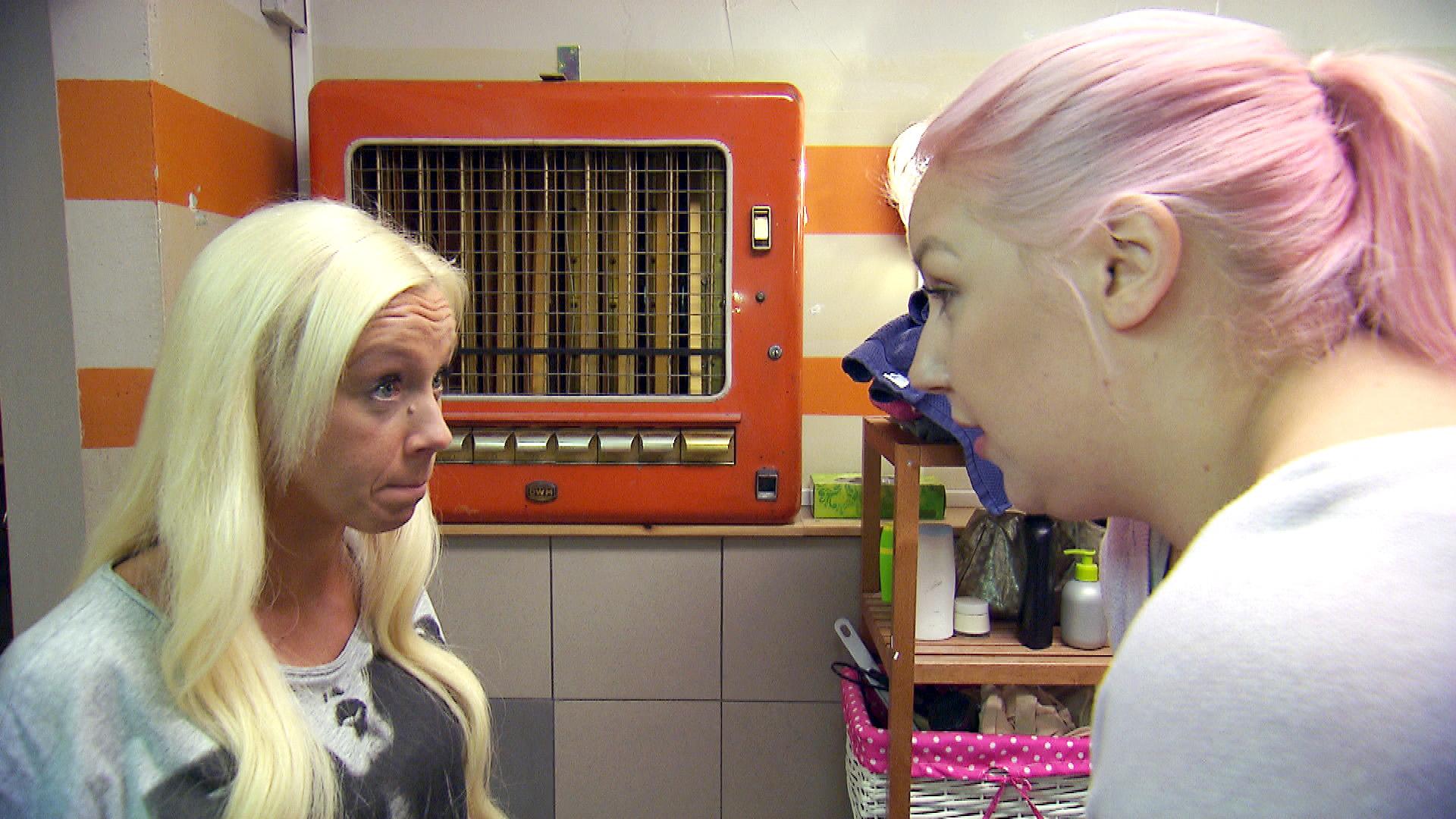 Paula (re.) ist enttäuscht von Peggy... (Quelle: RTL 2)