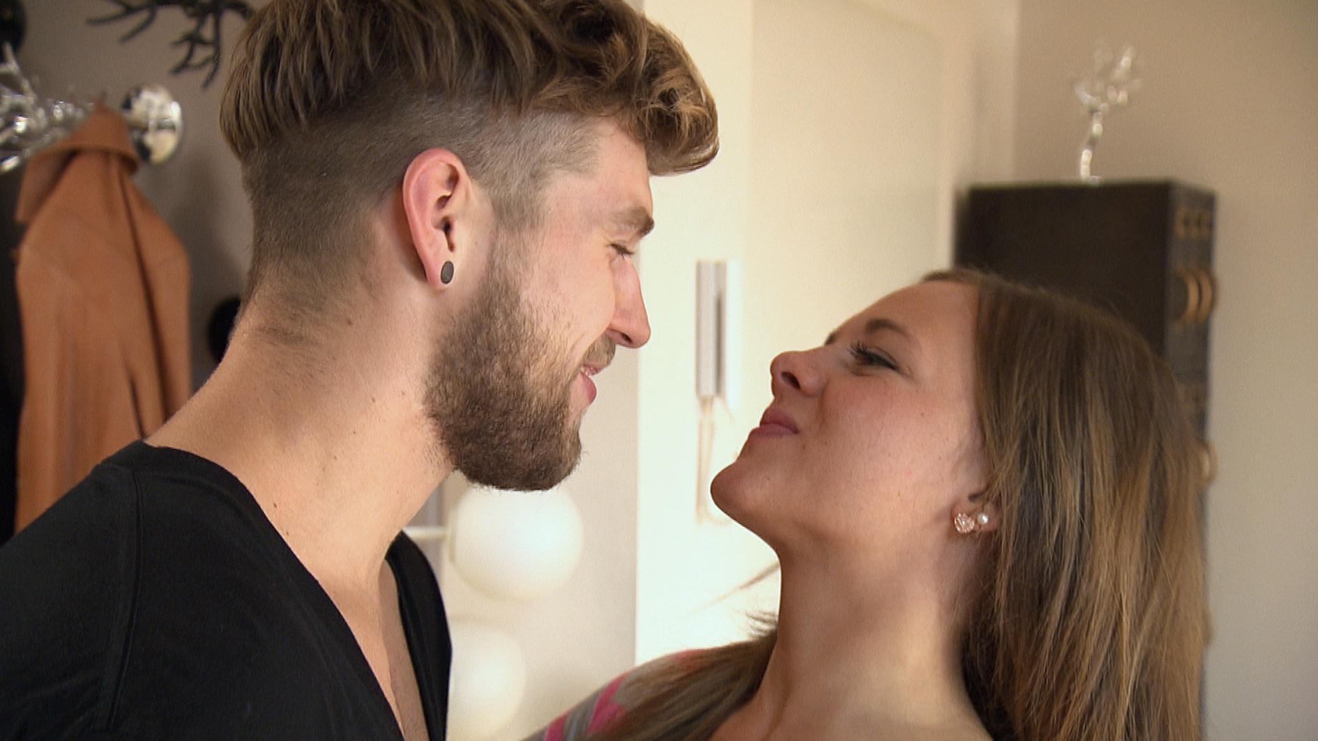 Chris wollte Anna seine Fremdknutscherei beichten, doch als er erfährt, dass sie mit ihm zusammen ziehen möchte, entscheidet er sich gegen sein Geständnis. (Quelle: RTL 2)