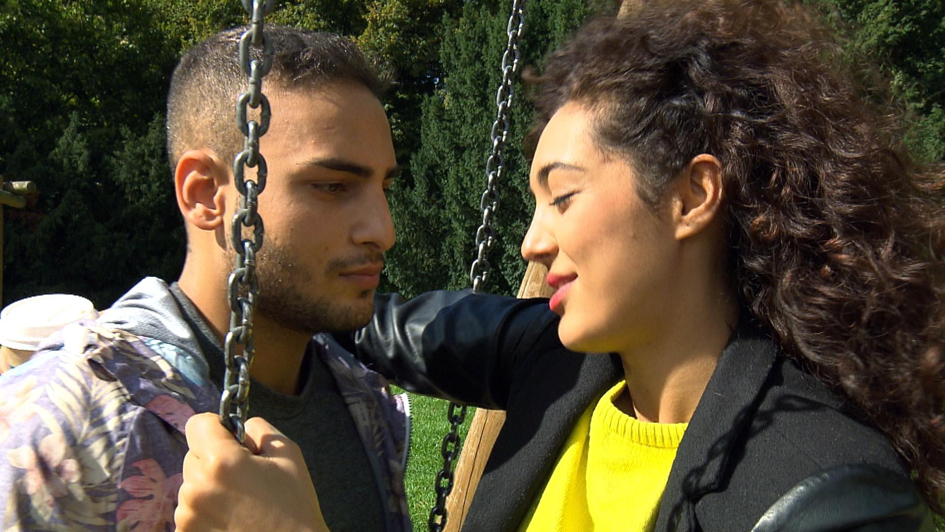 Gerade als Cem kurz davor ist, Joleen die Wahrheit zu sagen, überrascht sie ihn mit einer Liebeserklärung. (Quelle: RTL 2)