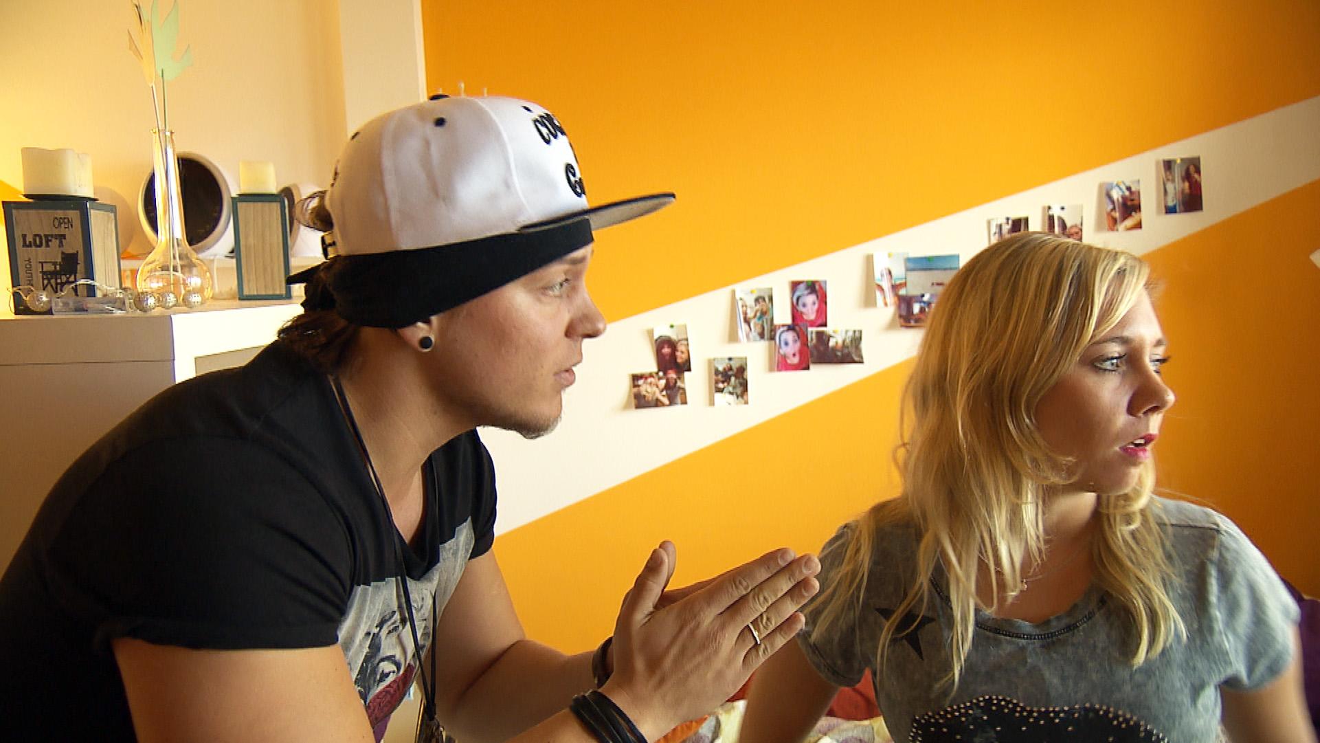 Chantal gerät erneut mit Kevin aneinander, der weiterhin davon überzeugt ist, dass die gemeinsame Hochzeit gültig ist.. (Quelle: RTL 2)