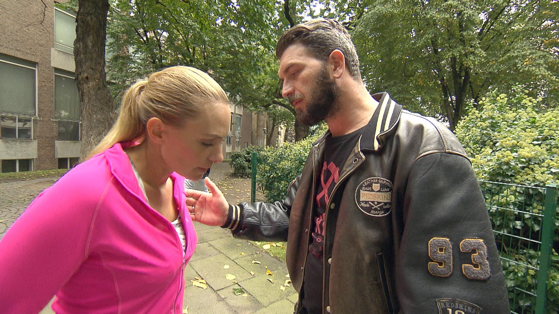 Alex leidet unter der Trennung von Inka und glaubt enttäuscht, dass sie das drohende Ende der Beziehung kalt lässt. (Quelle: RTL 2)