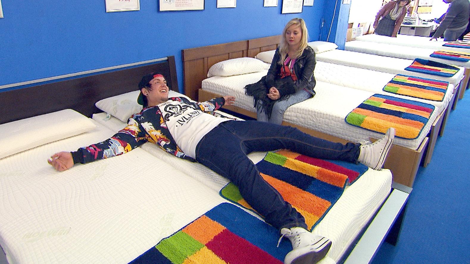Kevin und Chantal wollen eine Matratze kaufen.. (Quelle: RTL 2)