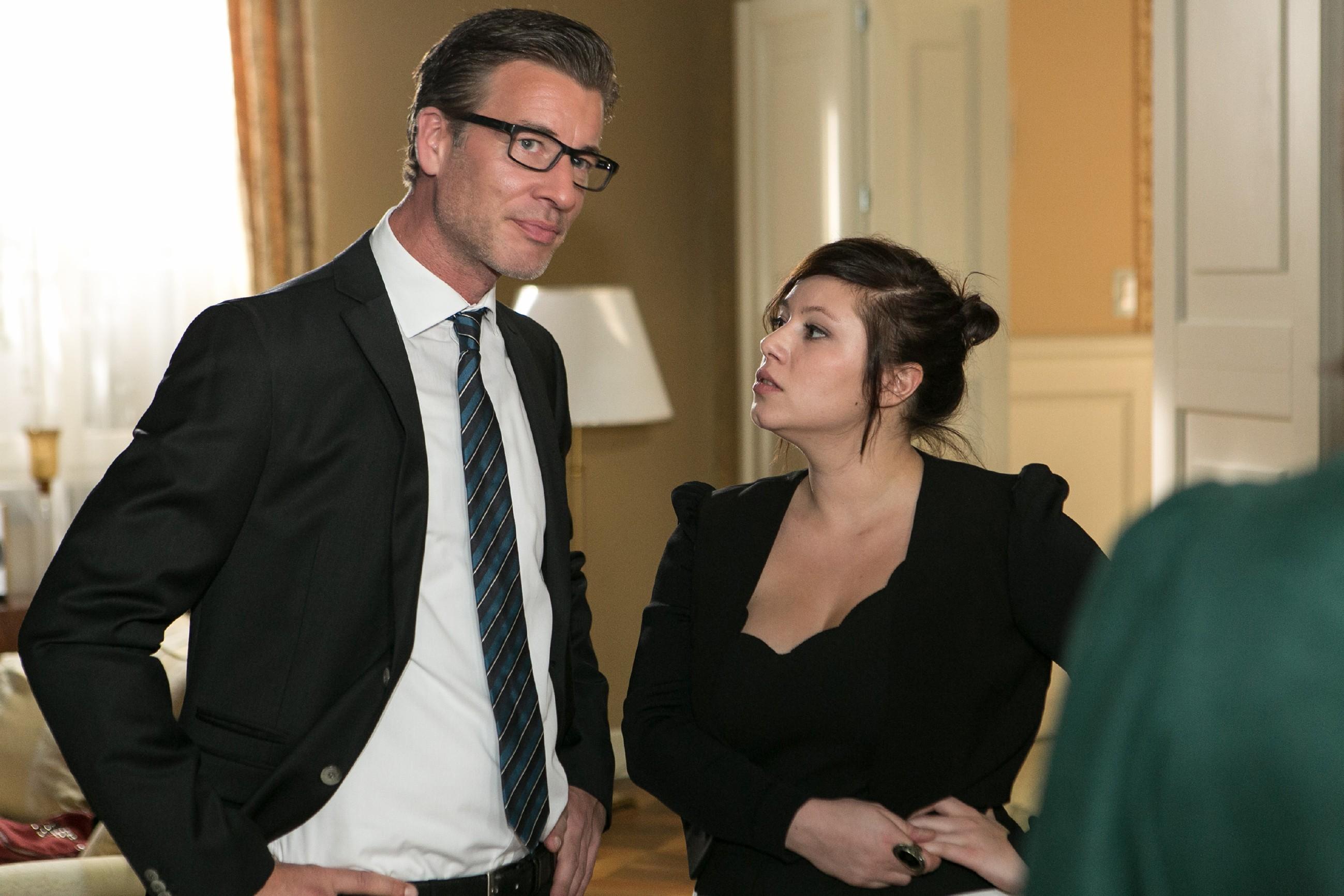 Christoph (Lars Korten) berichtet Vanessa (Julia Augustin) und der restlichen Steinkamp-Familie, dass Ingo versucht, Maries Operation mit dem Gutachten zu erpressen. (Quelle: RTL / Kai Schulz)