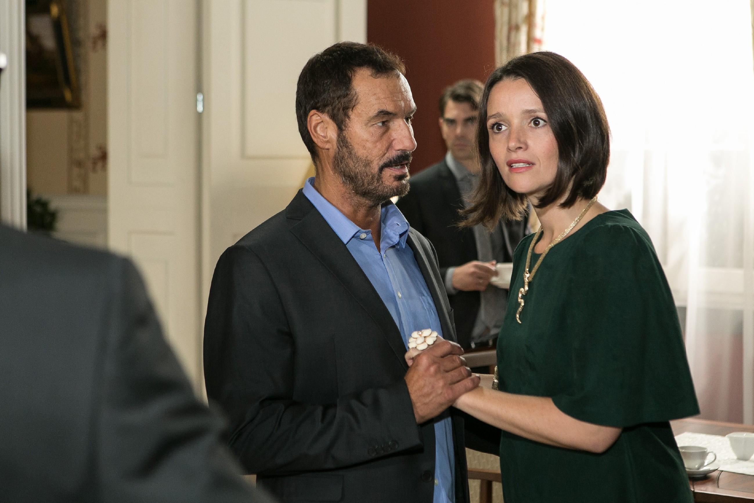 Richard (Silvan-Pierre Leirich) und Jenny (Kaja Schmidt-Tychsen) reagieren auf Ingos Erpressungsversuch fassungslos. (Quelle: RTL / Kai Schulz)