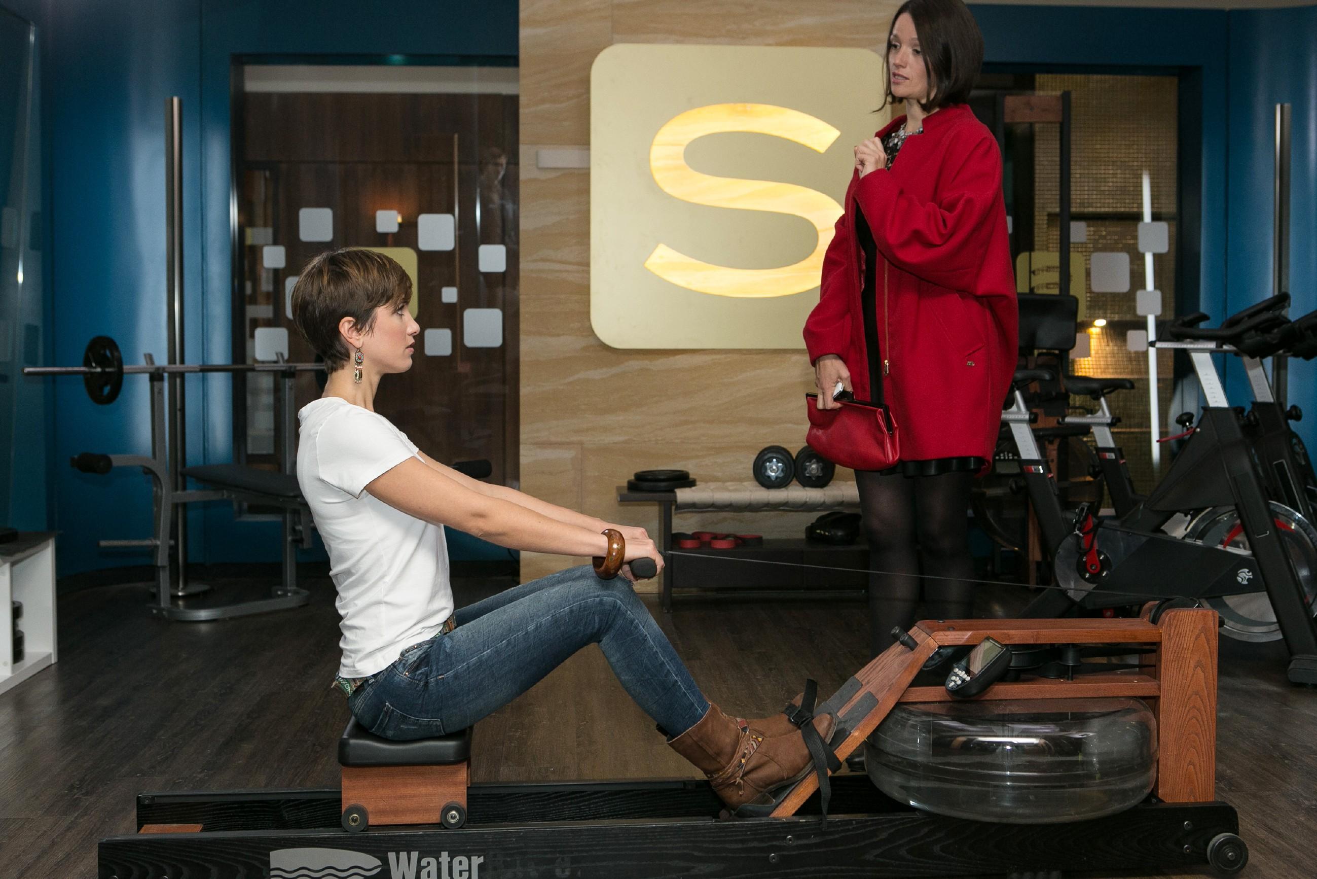 Pia (Isabell Horn, l.) ärgert sich über Jennys (Kaja Schmidt-Tychsen) Überheblichkeit und ist kurz davor, ihre Affäre mit Veit auffliegen zu lassen... (Quelle: RTL / Kai Schulz)