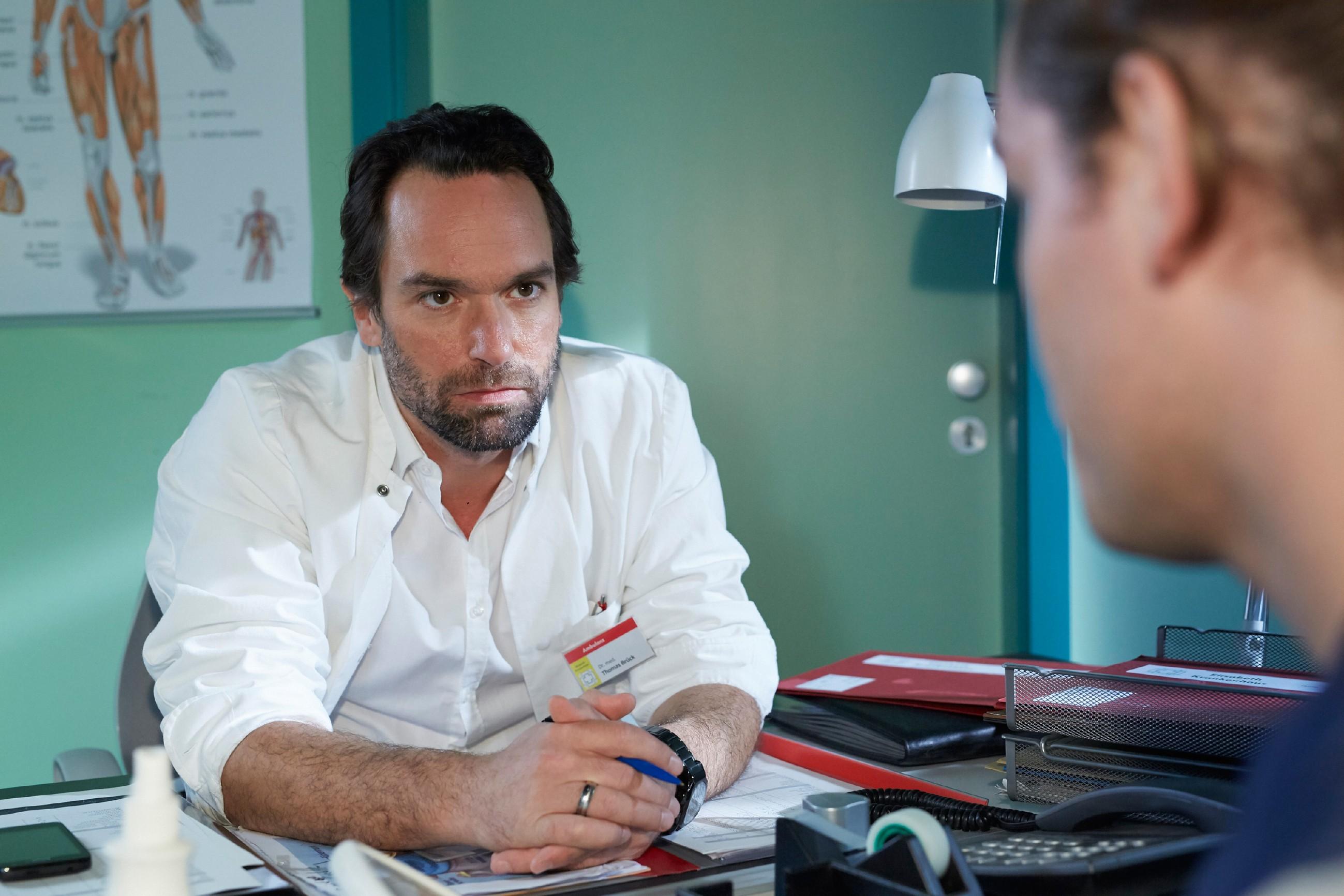 Thomas (Daniel Brockhaus, l.) geht einen Schritt auf Leo (Julian Bayer) zu und bietet seinem Sohn einen Deal an. (Quelle: RTL / Kai Schulz)