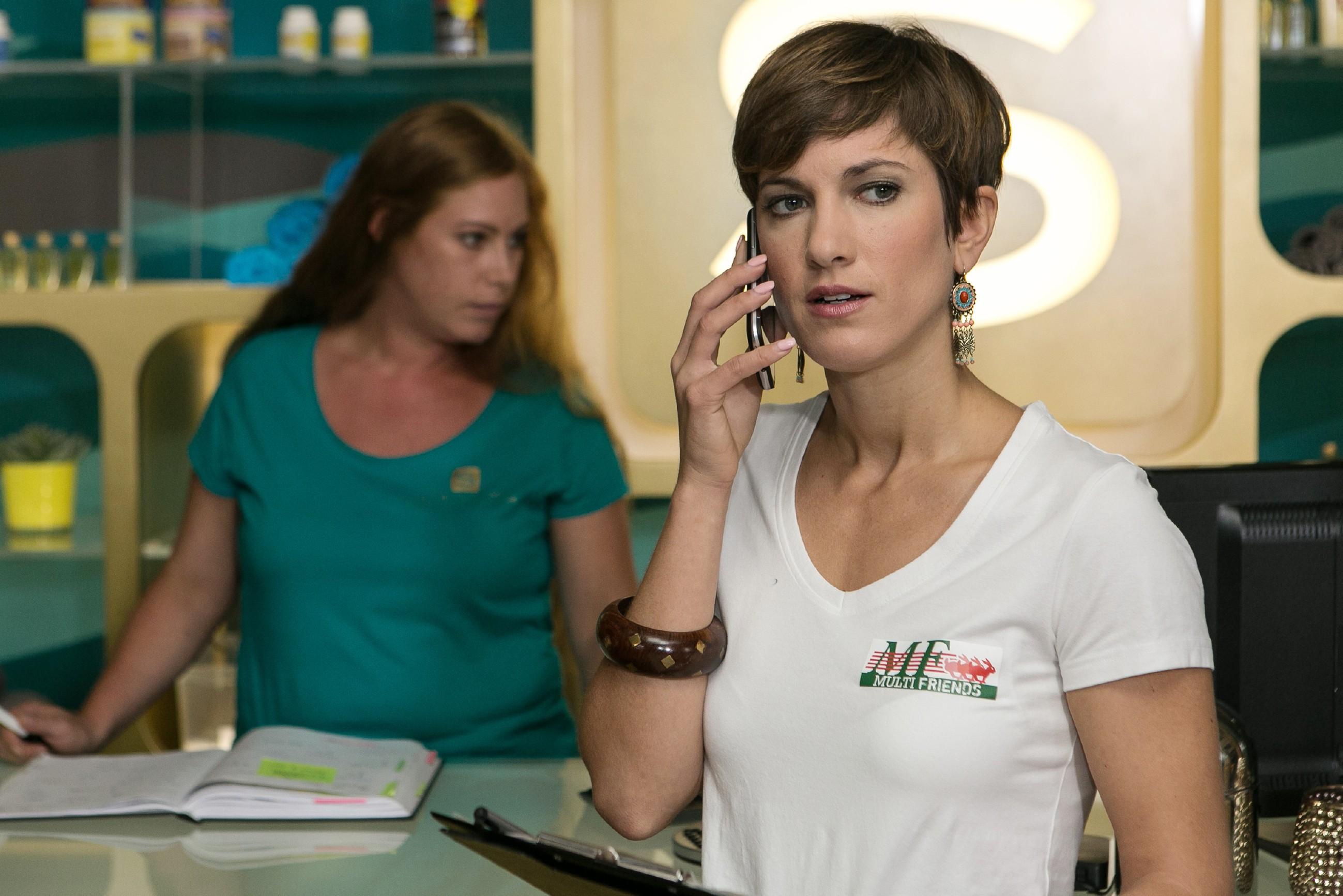 Pia (Isabell Horn, r.) lässt sich von Jenny überheblicher Machtdemonstration ungewohnt schnell reizen... (hinten Komparsin) (Quelle: RTL / Kai Schulz)
