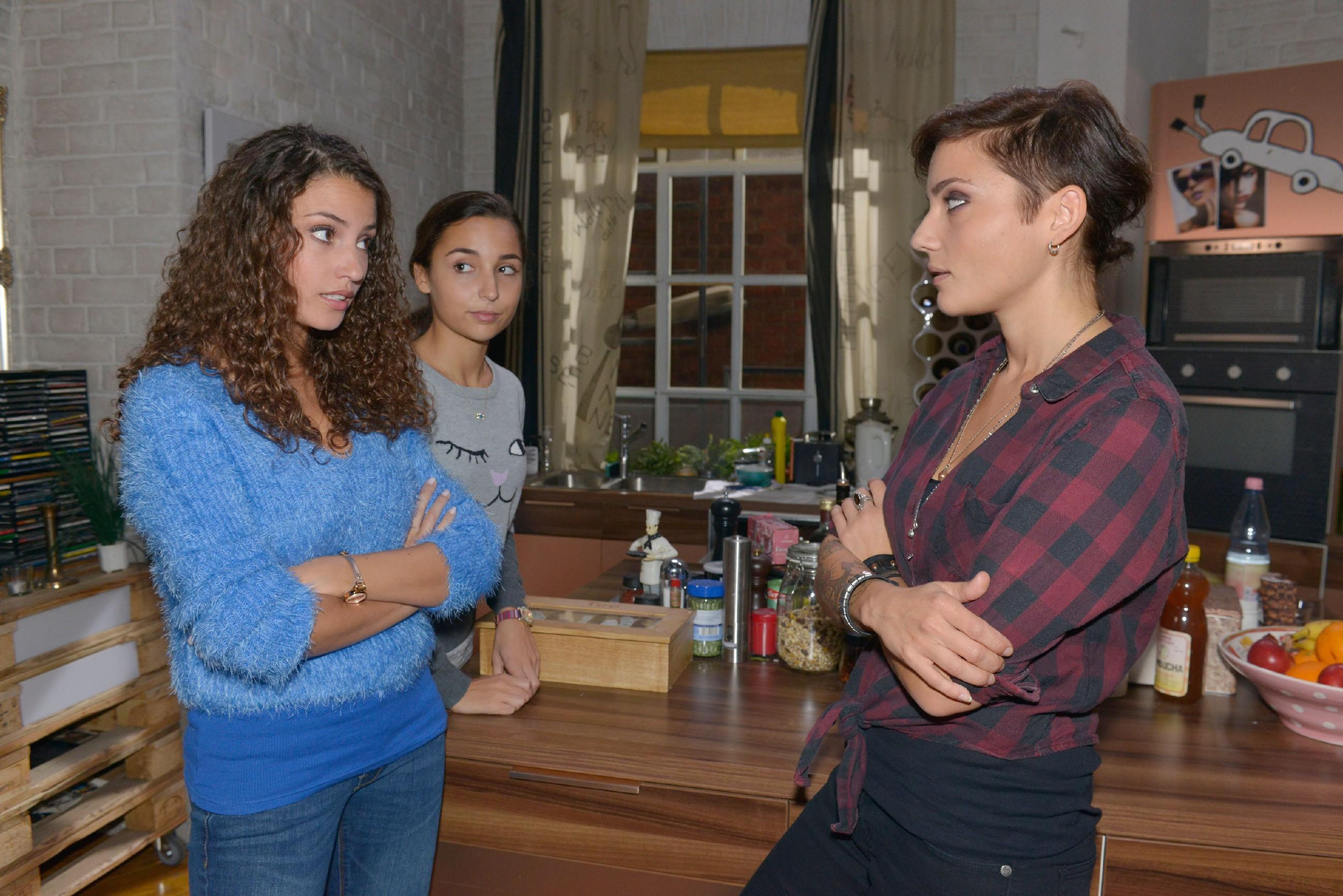 Ayla (Nadine Menz, l.) fordert Anni (Linda Marlen Runge, r.) auf, mit hrer kleinen Cousine Selma (Rona Özkan) rücksichtsvoller umzugehen. (Quelle: RTL / Rolf Baumgartner)