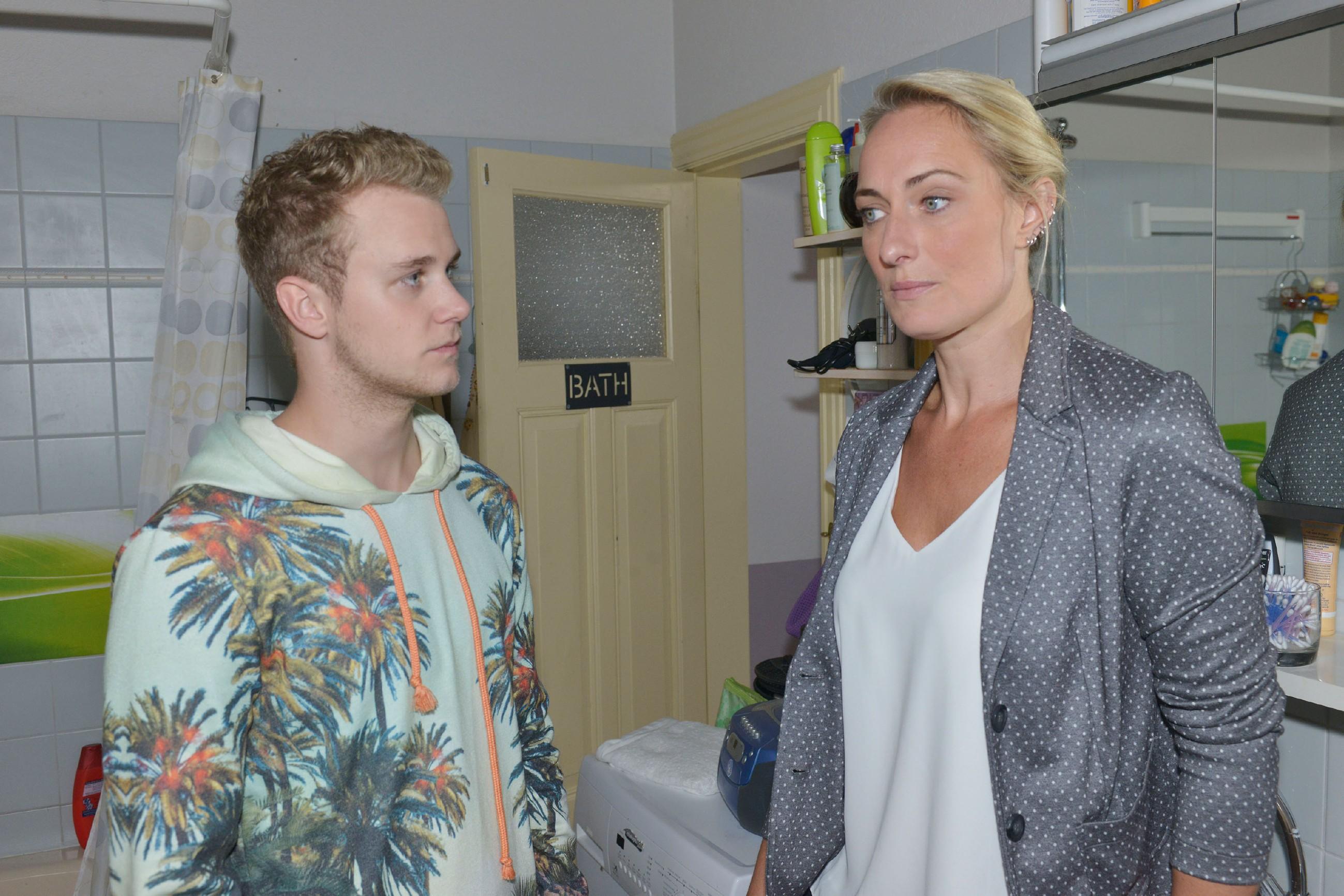 Jonas (Felix van Deventer) und Maren (Eva Mona Rodekirchen) hoffen, dass Lilly bald wieder glücklich sein kann. (Quelle: RTL / Rolf Baumgartner)