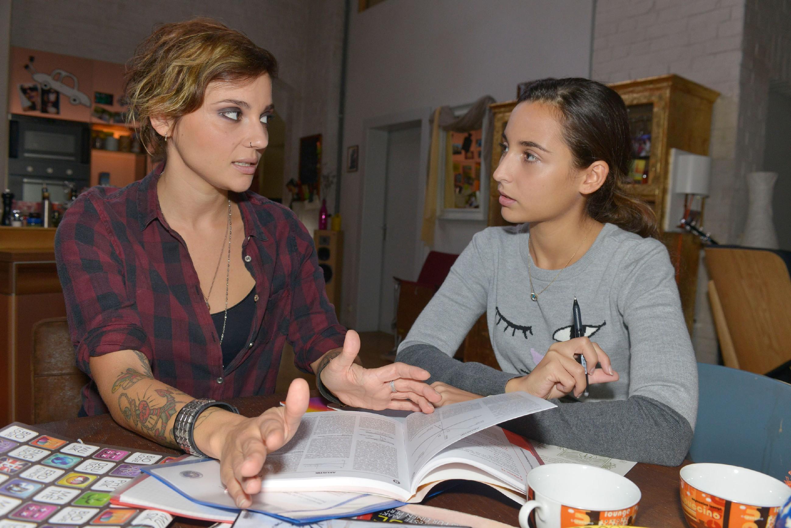 Anni (Linda Marlen Runge, l.) scheint von Aylas Cousine Selma (Rona Özkan) ziemlich genervt zu sein. (Quelle: RTL / Rolf Baumgartner)