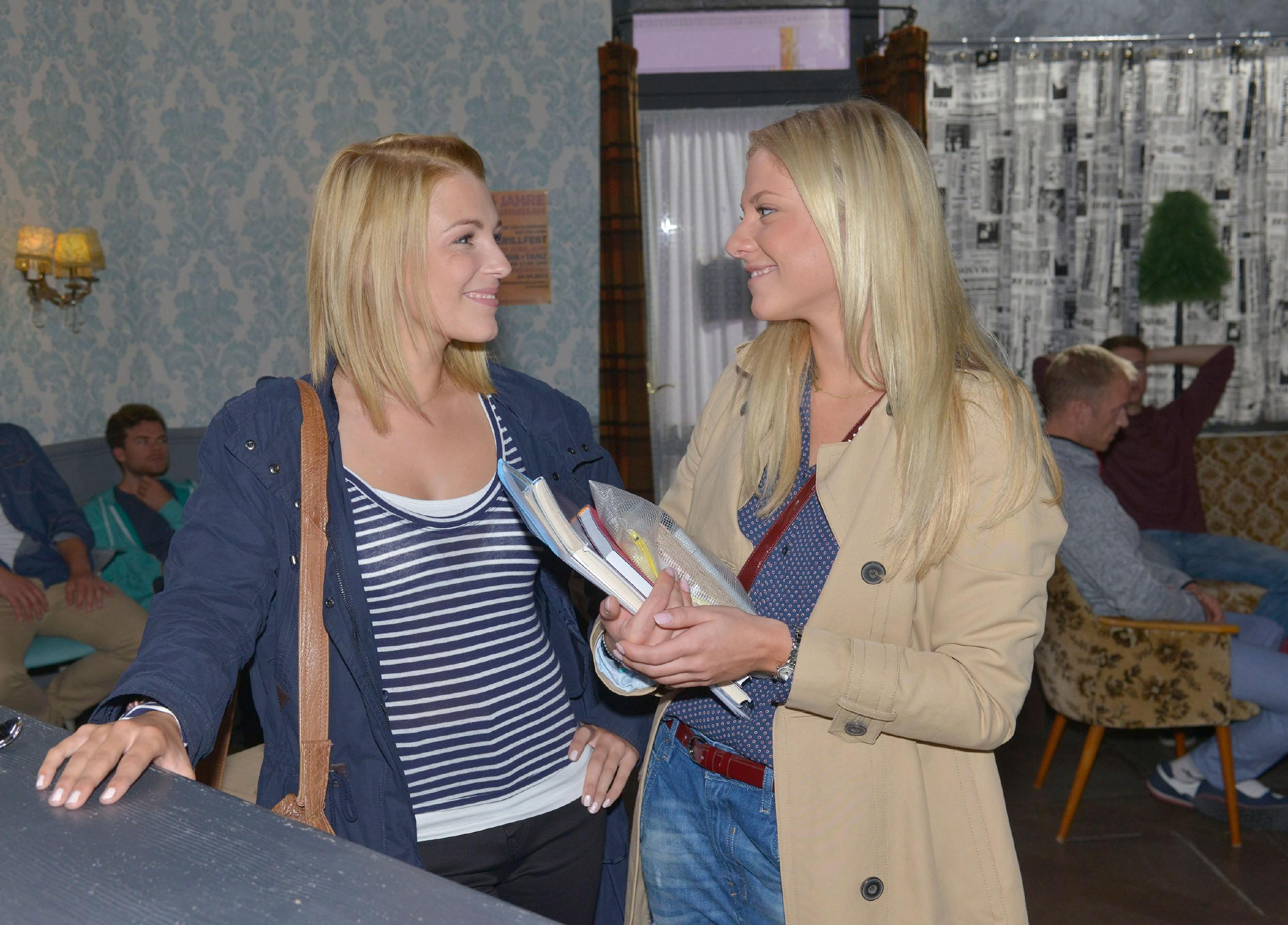 Lilly (Iris Mareike Steen, l.) und Sunny (Valentina Pahde) gehen unbeschwert ihren Tag an. (Quelle: RTL / Rolf Baumgartner)