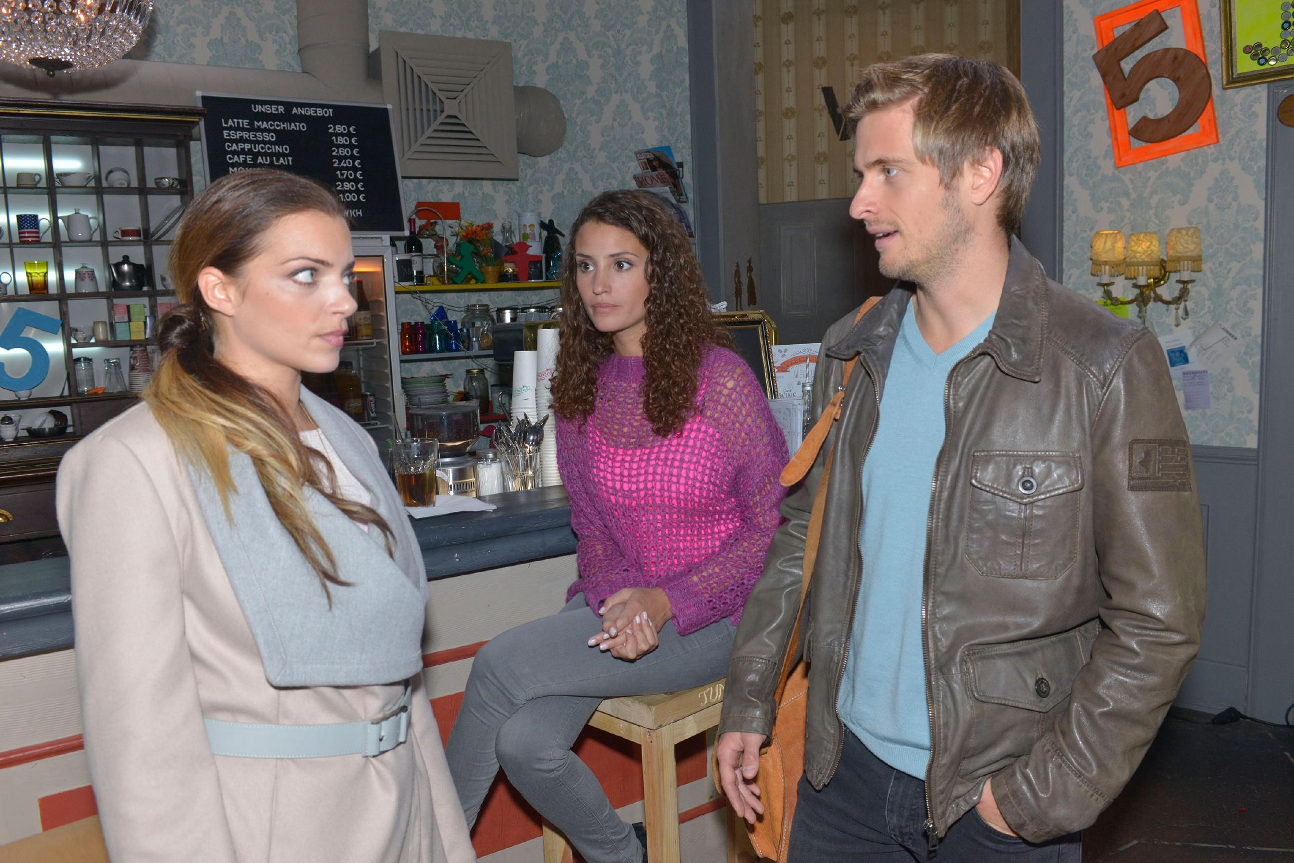 Ayla (Nadine Menz) ahnt nicht, dass Emily (Anne Menden) weiß, dass Philip (Jörn Schlönvoigt) Elenas Stalker ist. (Quelle: RTL / Rolf Baumgartner)