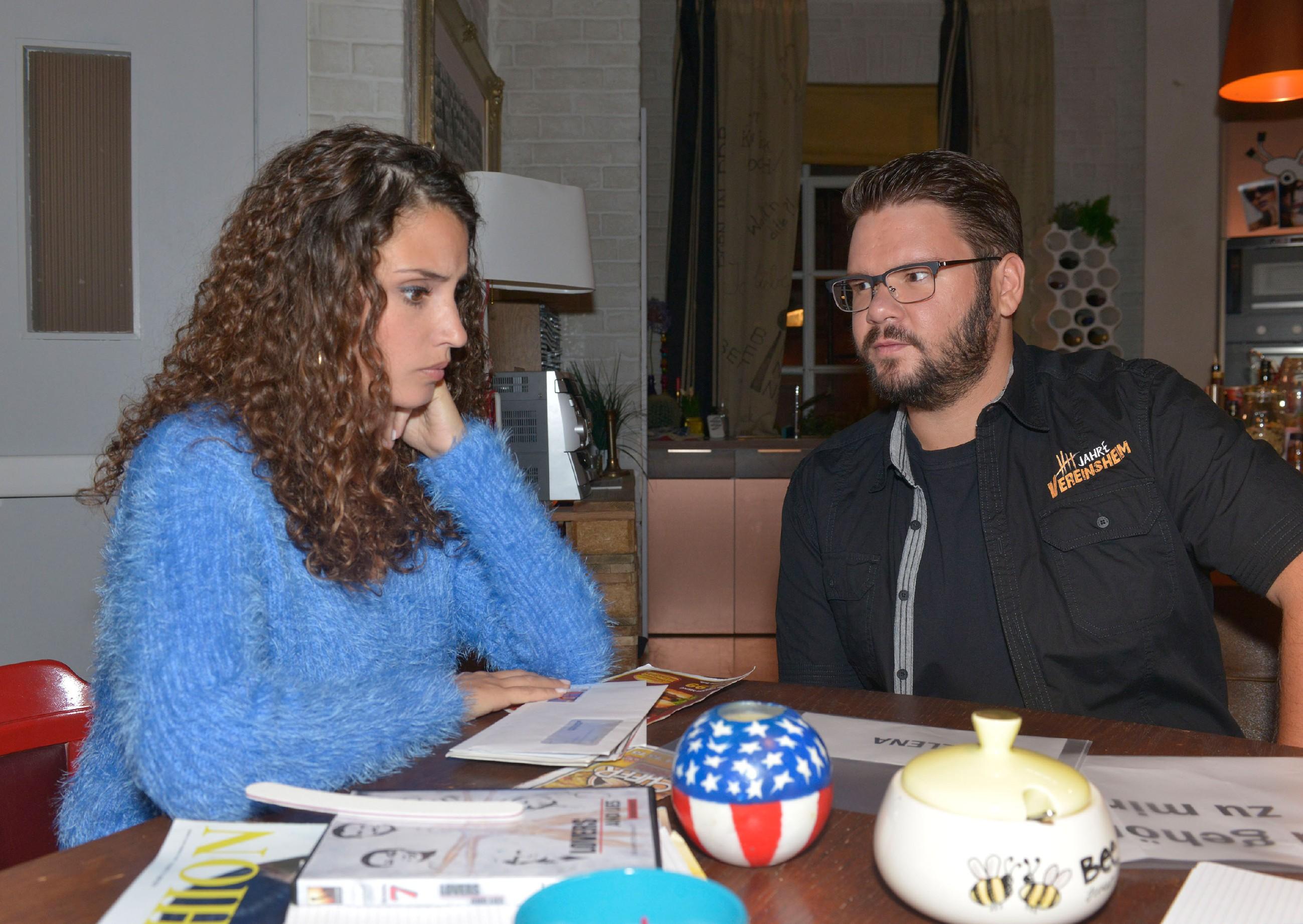 Ayla (Nadine Menz) und Tuner (Thomas Drechsel) rätseln, wer Elena das Leben so schwer macht. (Quelle: RTL / Rolf Baumgartner)