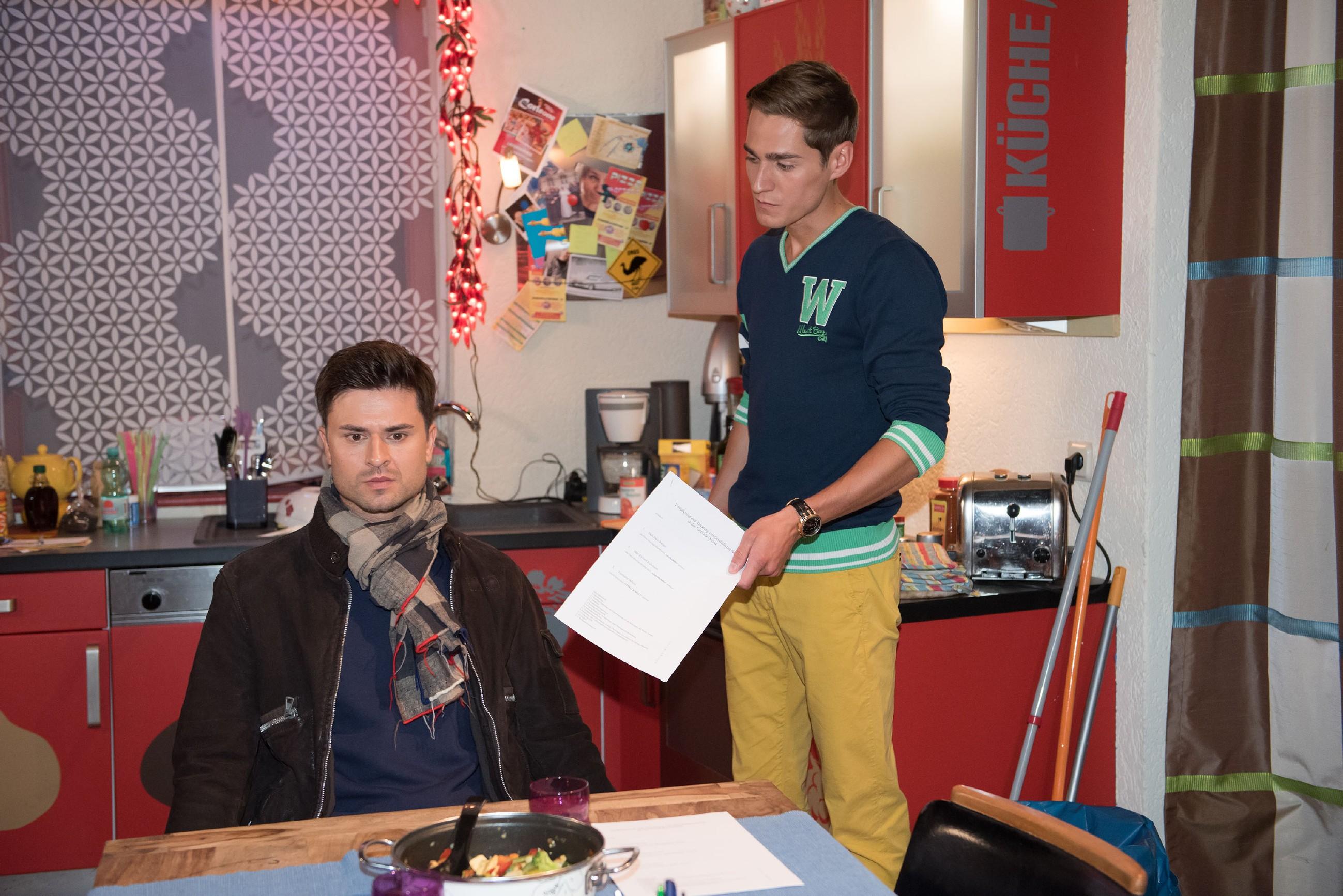 Der Streit zwischen Paco (Milos Vukovic, l.) und Ringo (Timothy Boldt) eskaliert. (Quelle: RTL / Stefan Behrens)