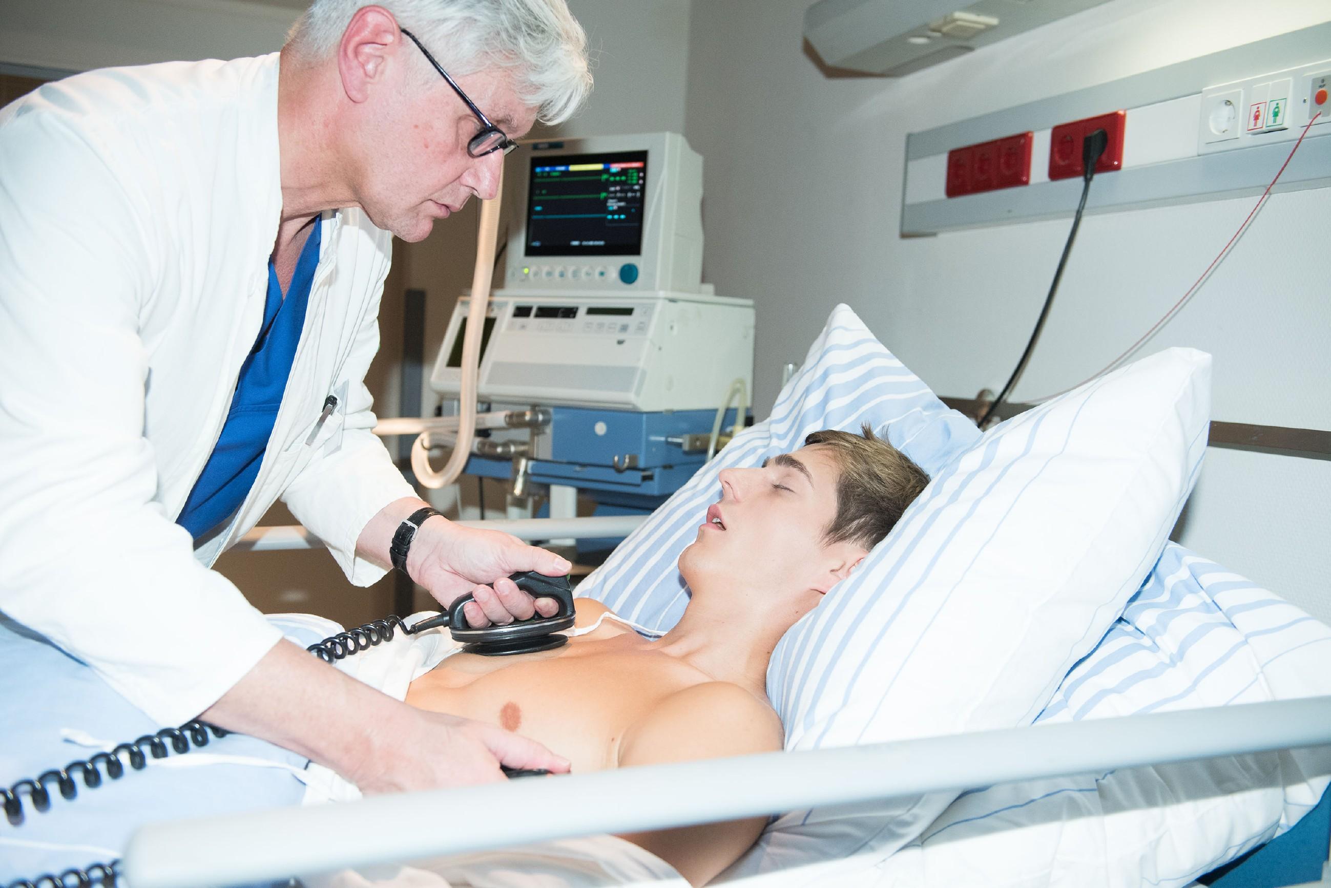Im Krankenhaus kämpfen die Ärzte (l. Komparse) um Ringos (Timothy Boldt) Leben... (Quelle: RTL / Stefan Behrens)