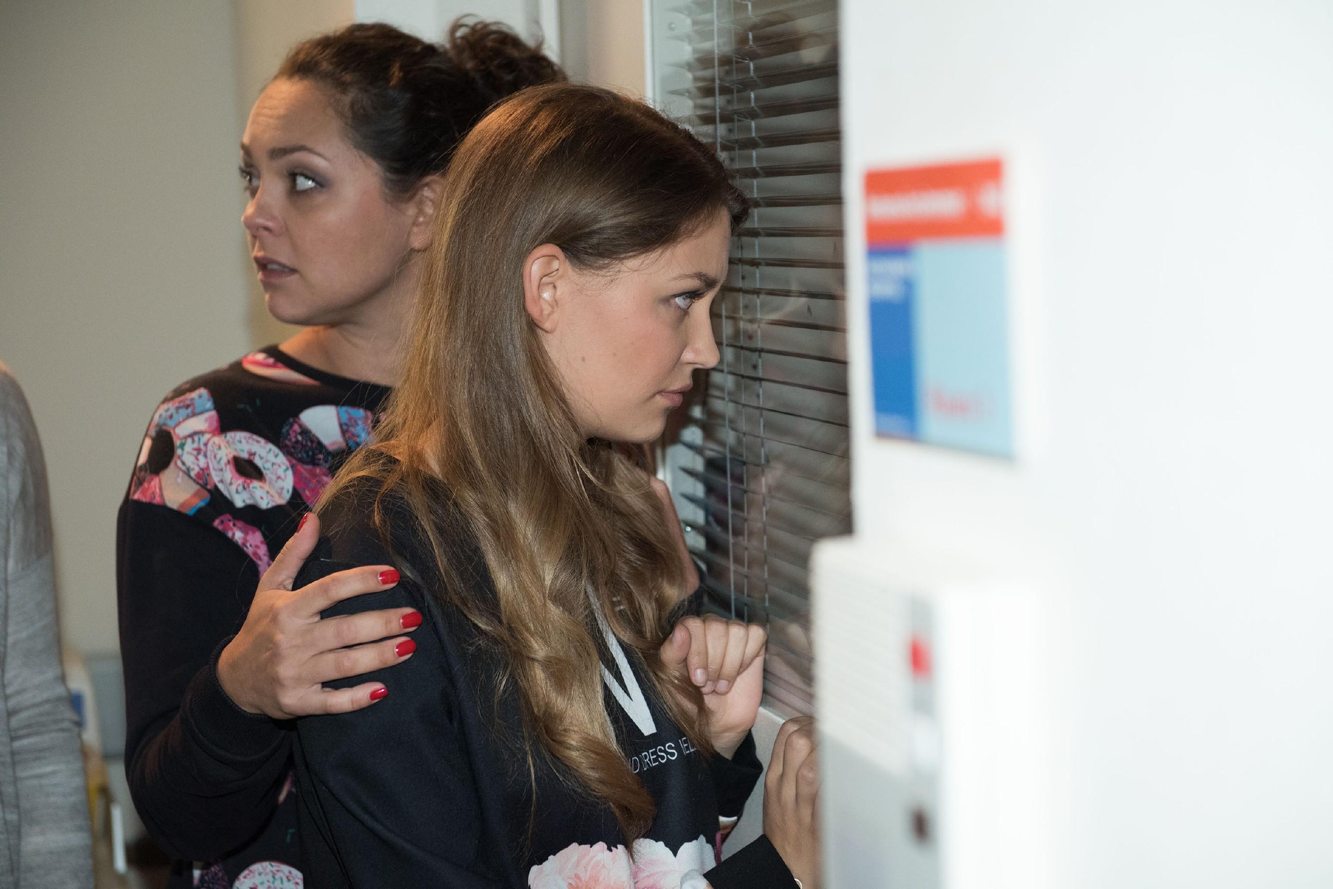 Besorgt bangen Caro ( Ines Kurenbach, l.) und Jule (Amrei Haardt) um Ringos Leben. (Quelle: RTL / Stefan Behrens)