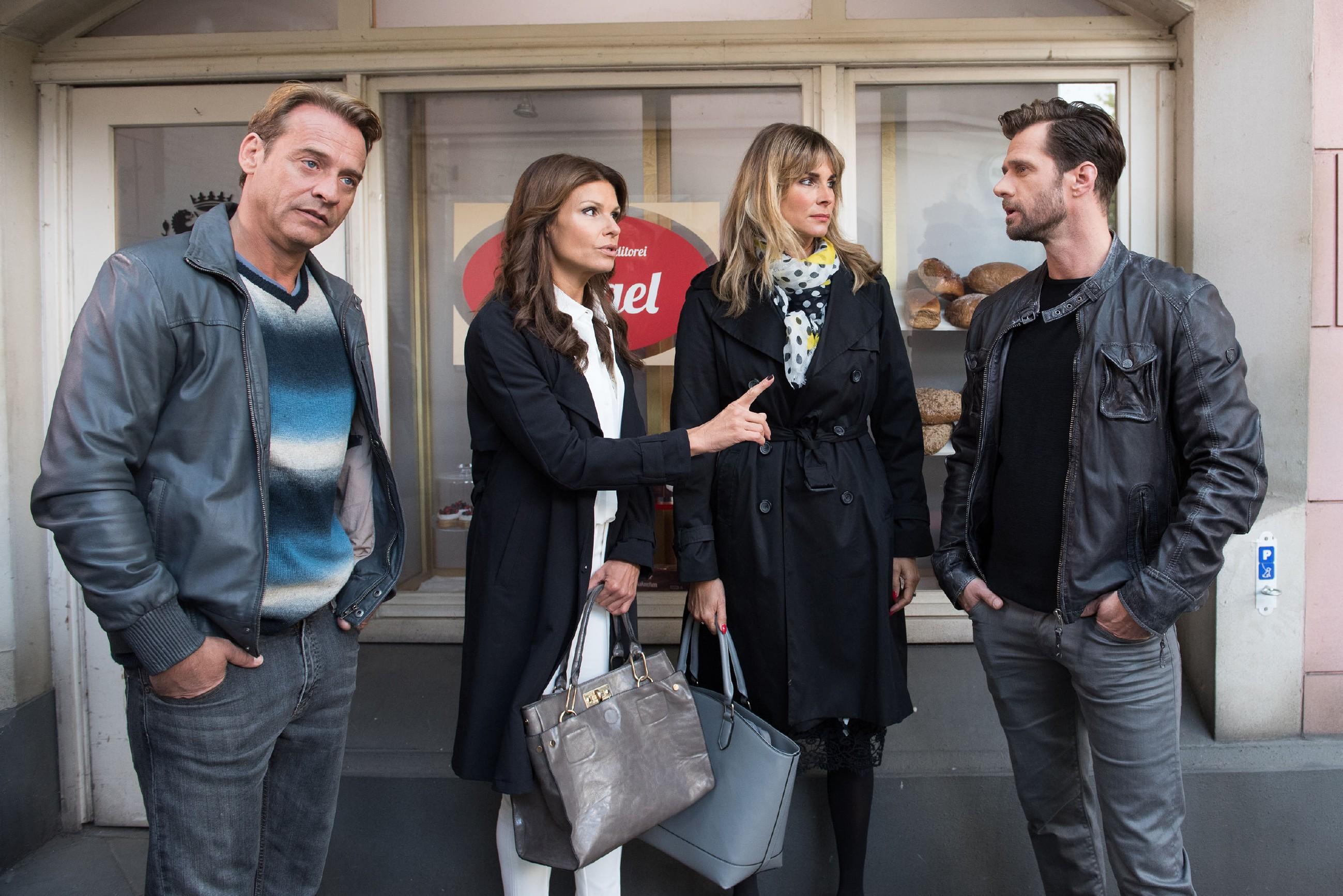 Rufus (Kai Noll, l.), Britta (Tabea Heynig, 2.v.l.) und Eva (Claudelle Deckert) versuchen den fassungslosen Henning (Benjamin Kiss) davon zu überzeugen, dass er vor der Polizei eine Falschaussage macht. (Quelle: RTL / Stefan Behrens)