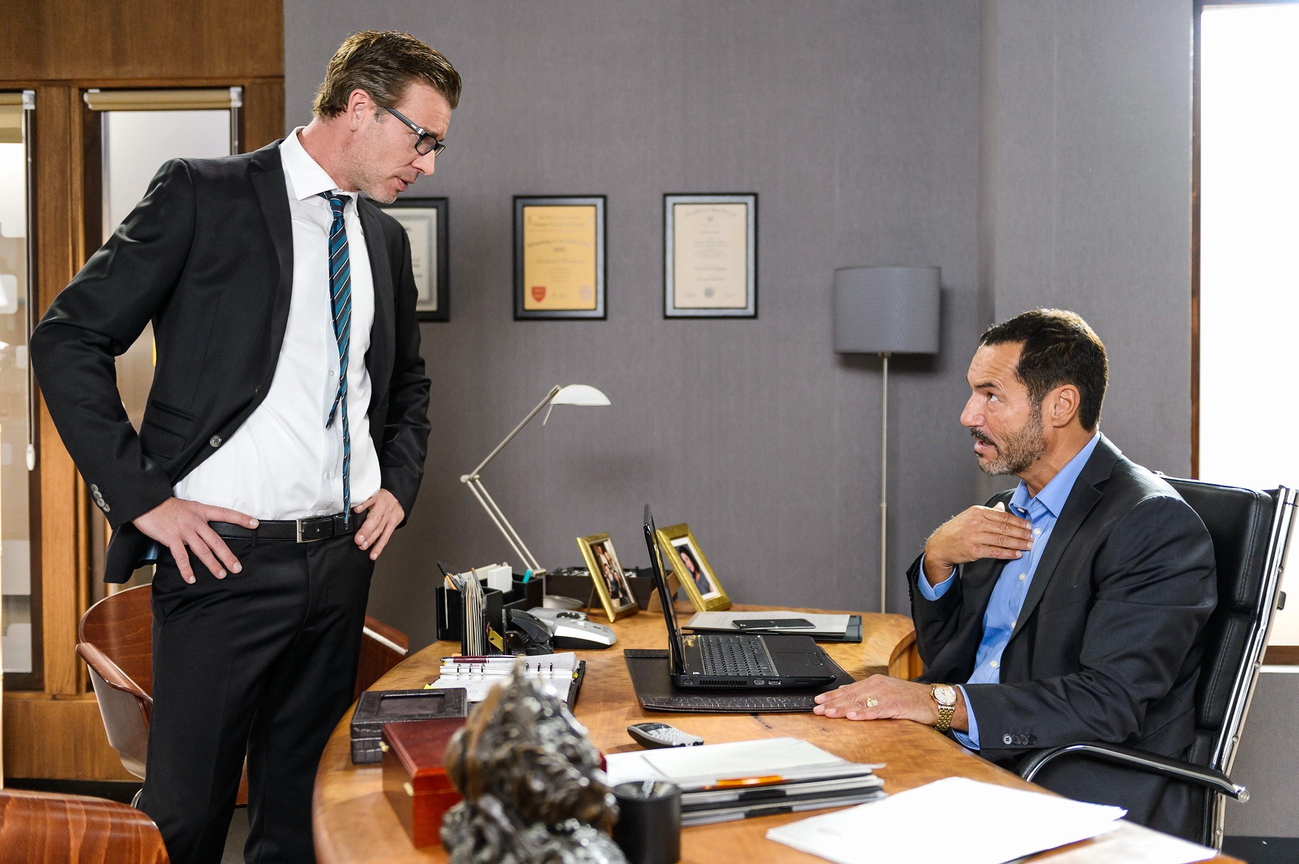 Christoph (Lars Korten, l.) stürzt sich in die Arbeit, um den Schaden für die Firma nach Auftauchen des Video-Beweises möglichst gering zu halten - nicht ahnend, dass Richard (Silvan-Pierre Leirich) derweil schon seinen Rausschmiss plant. (Quelle: RTL / Wili Weber)