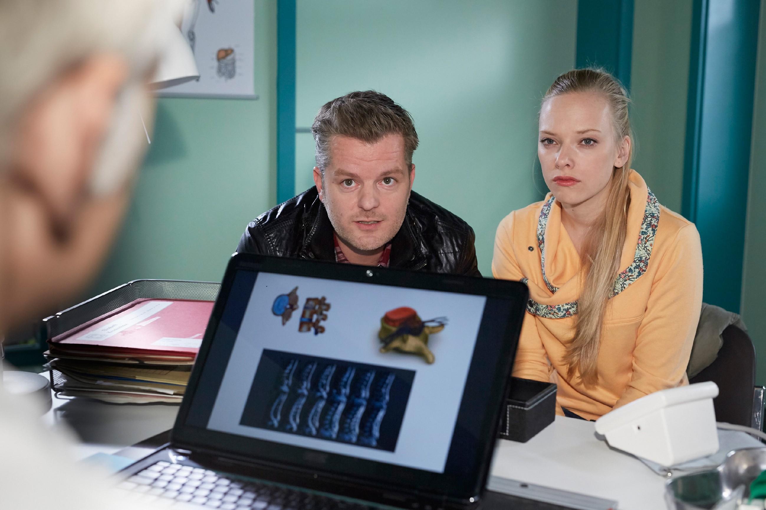 Marie (Judith Neumann) lässt sich im Beisein von Ingo (André Dietz) von Prof. Dr. Maxim Lüthi (Norbert Ghafouri, Rückansicht) über die doch erheblichen Risiken der OP aufklären. (Quelle: RTL / Guido Engels)
