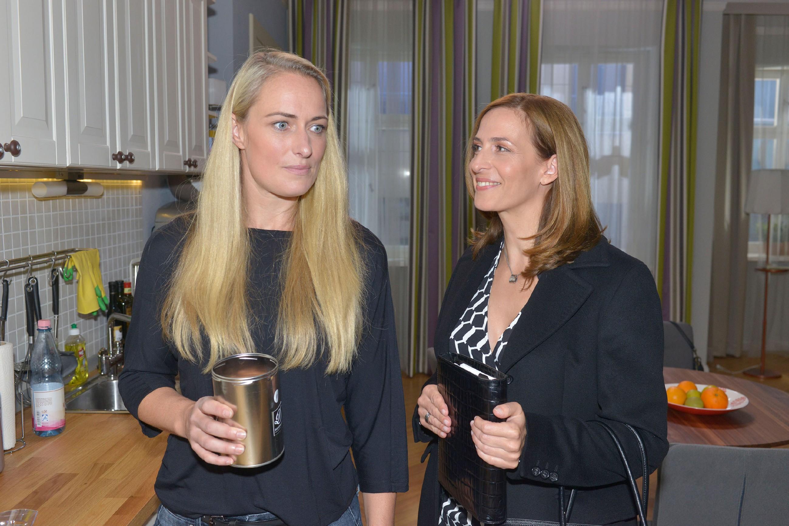 Katrin (Ulrike Frank, r.) glaubt, dass Maren (Eva Mona Rodekirchen) sexuell unterfordert ist. (Quelle: RTL / Rolf Baumgartner)