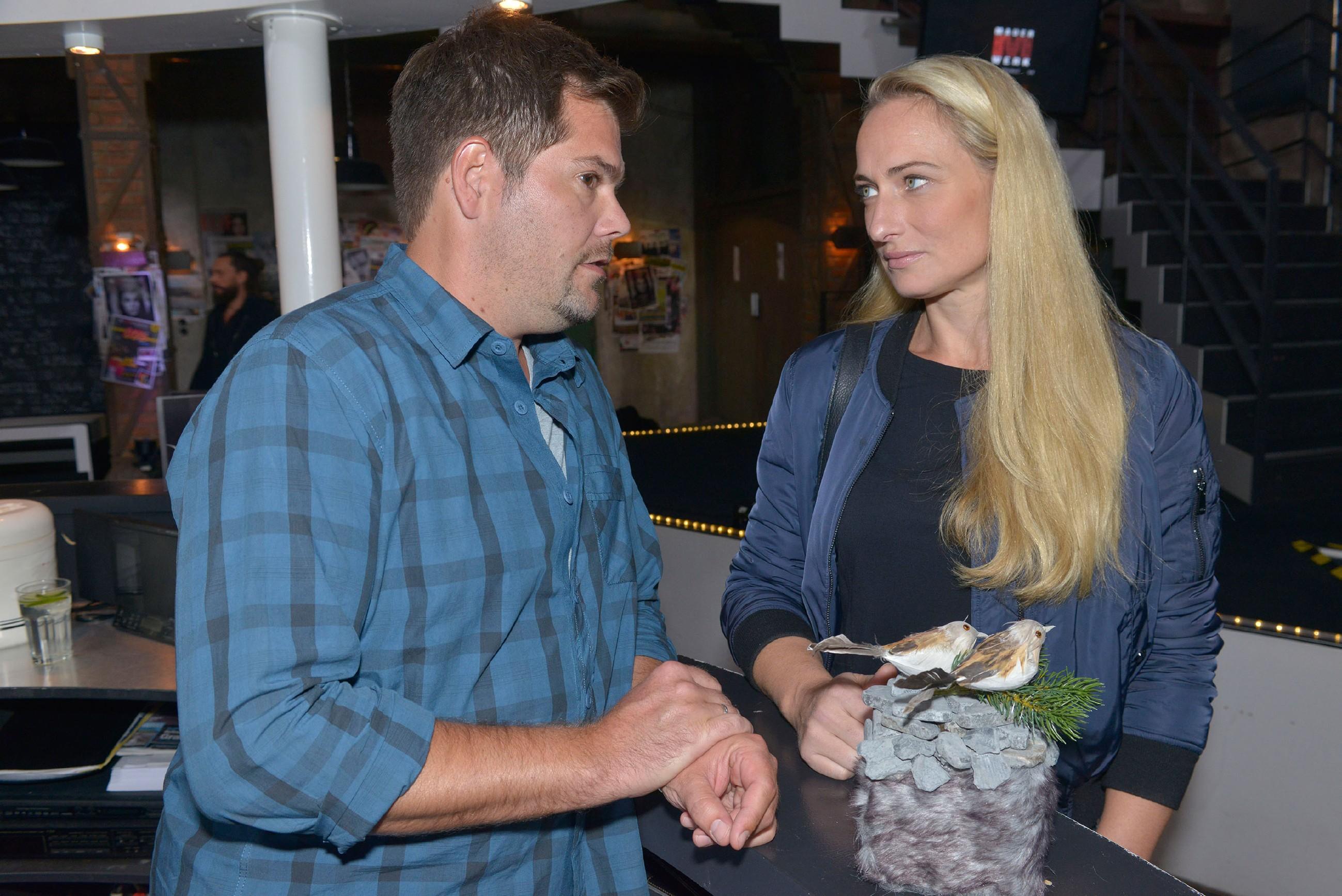 Maren (Eva Mona Rodekirchen) äußert Leon (Daniel Fehlow) gegenüber, dass das Thema Alexander für sie erledigt ist. Aber ist dem wirklich so? (Quelle: RTL / Rolf Baumgartner)